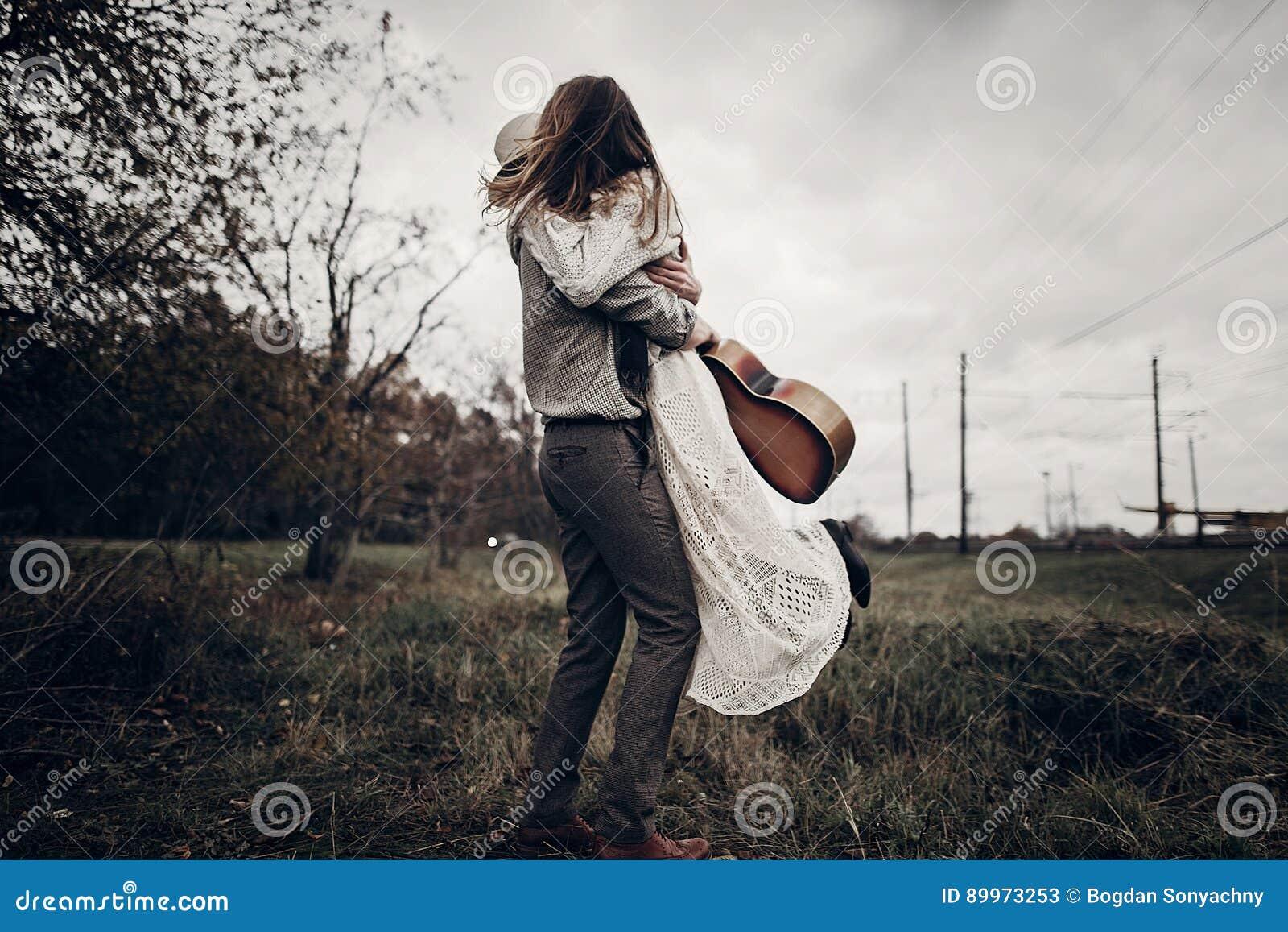 Elegancki modniś pary taniec w wietrznym polu boho gypsy kobieta