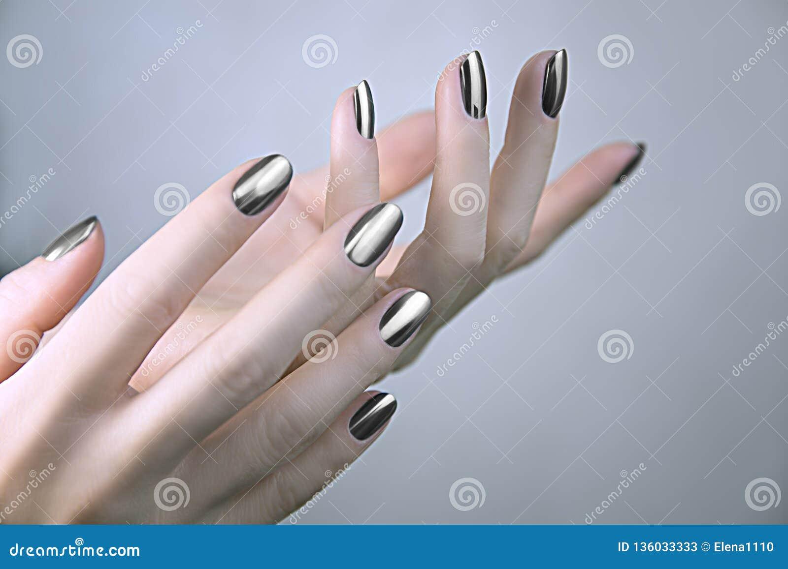 Elegancki modny żeński manicure