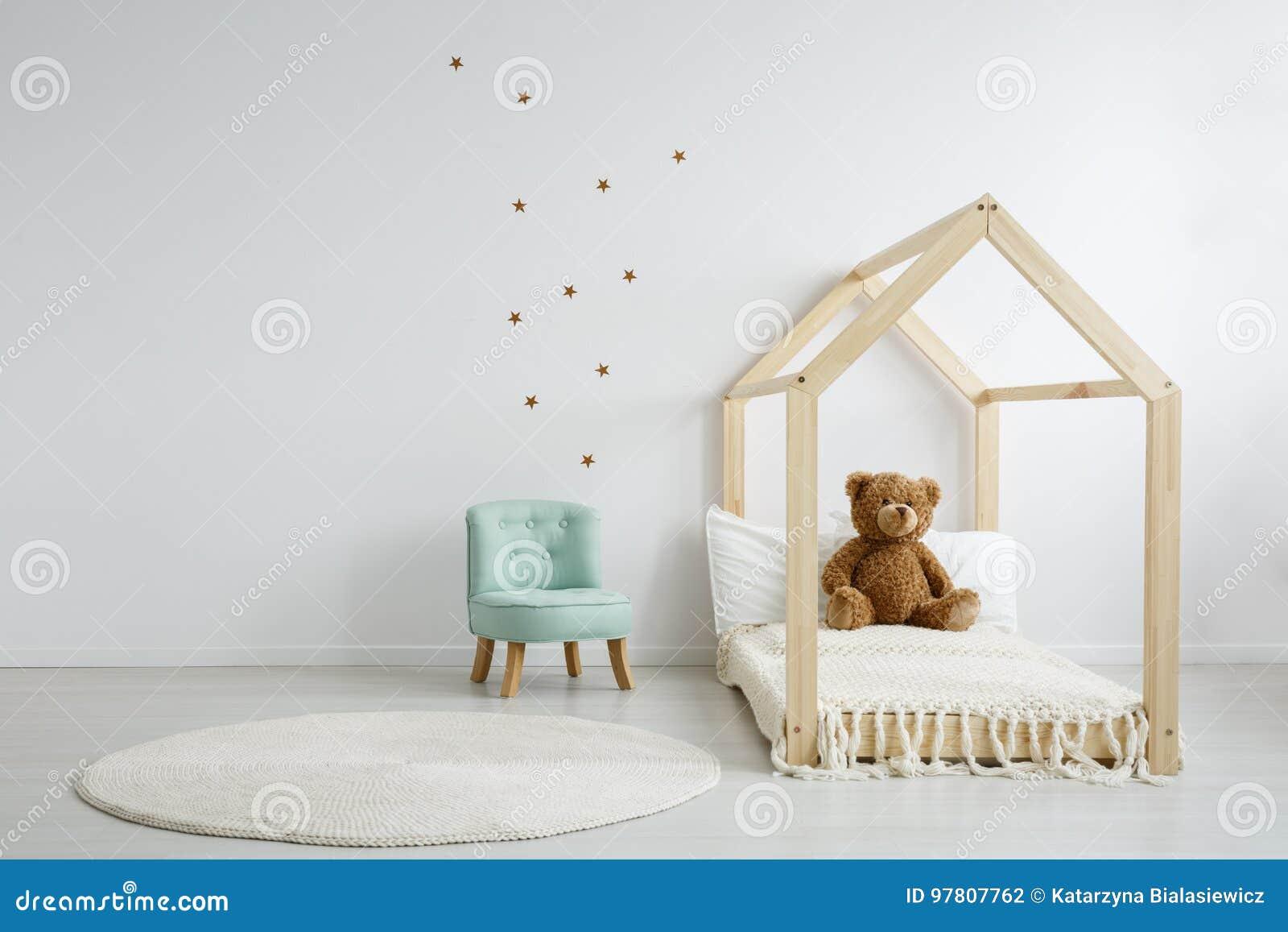 Elegancki modny krzesło w sypialni