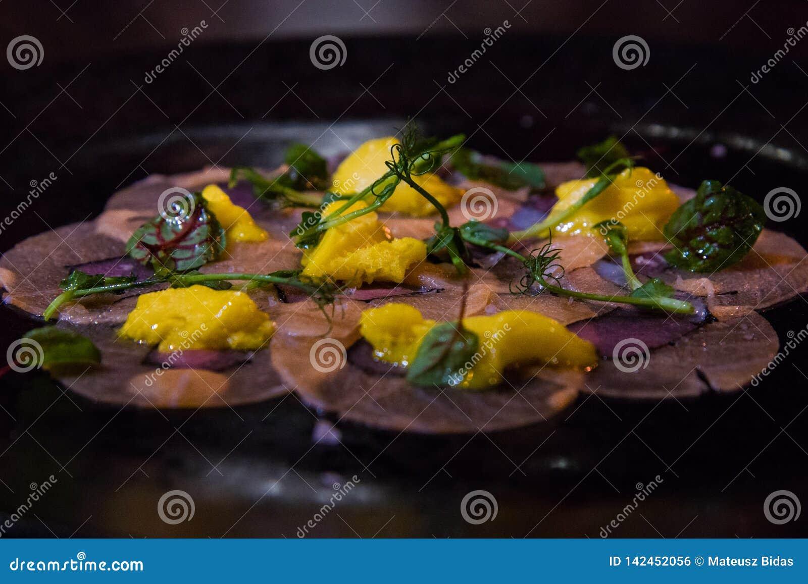 Elegancki naczynie na ciemnym talerzu