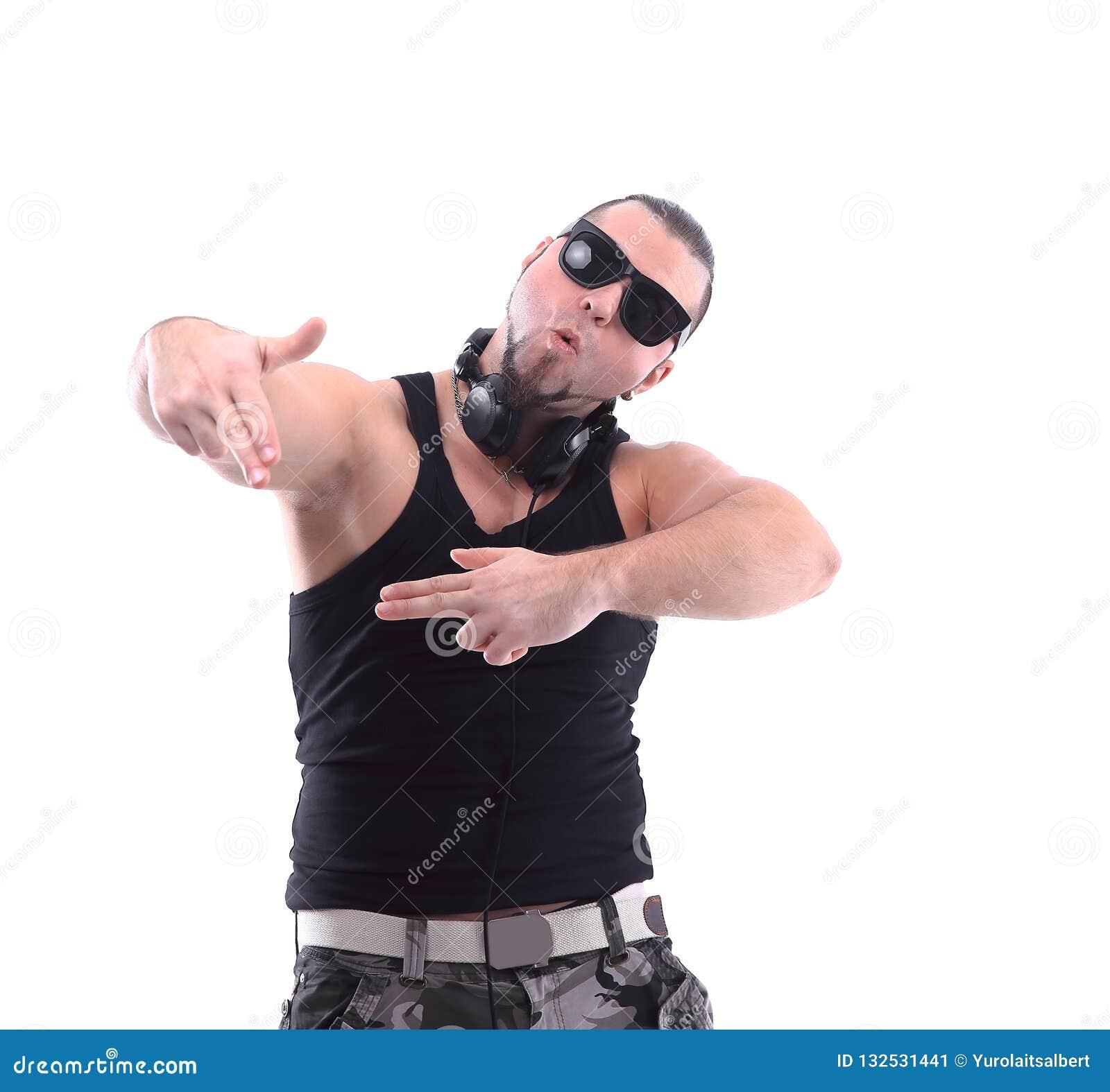 Elegancki rap artysta z czarnymi szkłami pojedynczy białe tło