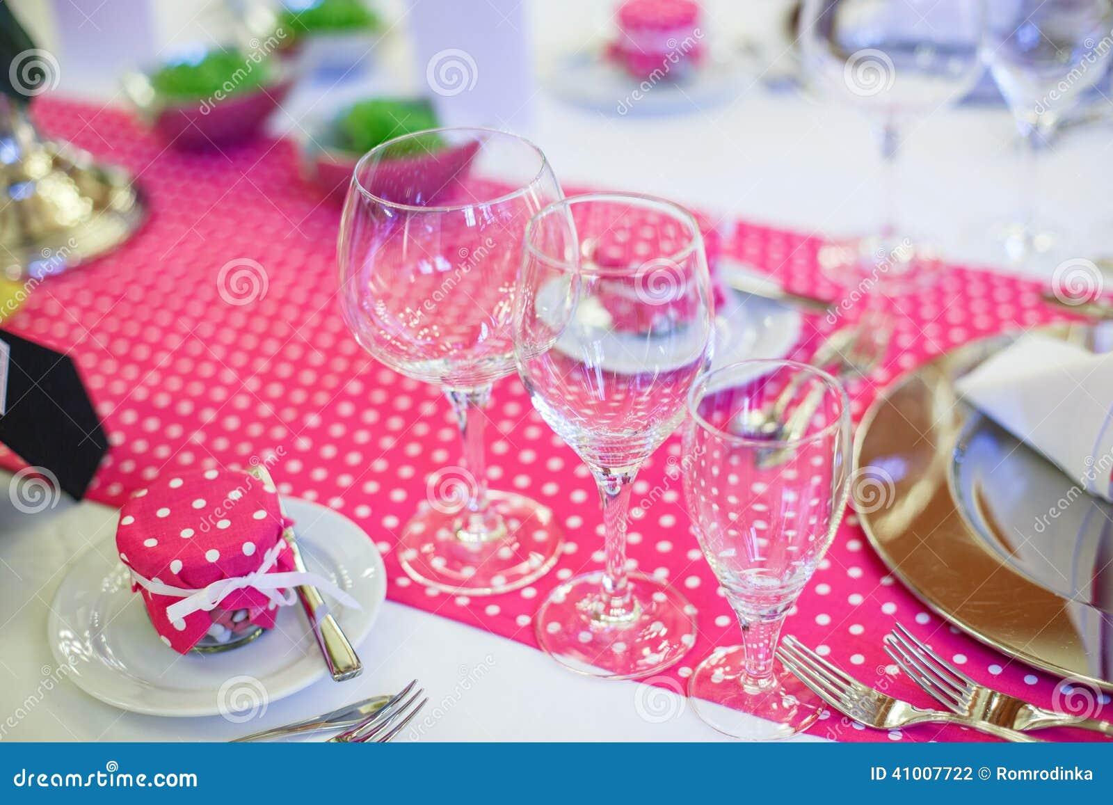Elegancki stołu set dla poślubiać lub wydarzenia przyjęcia w menchiach z kropkami