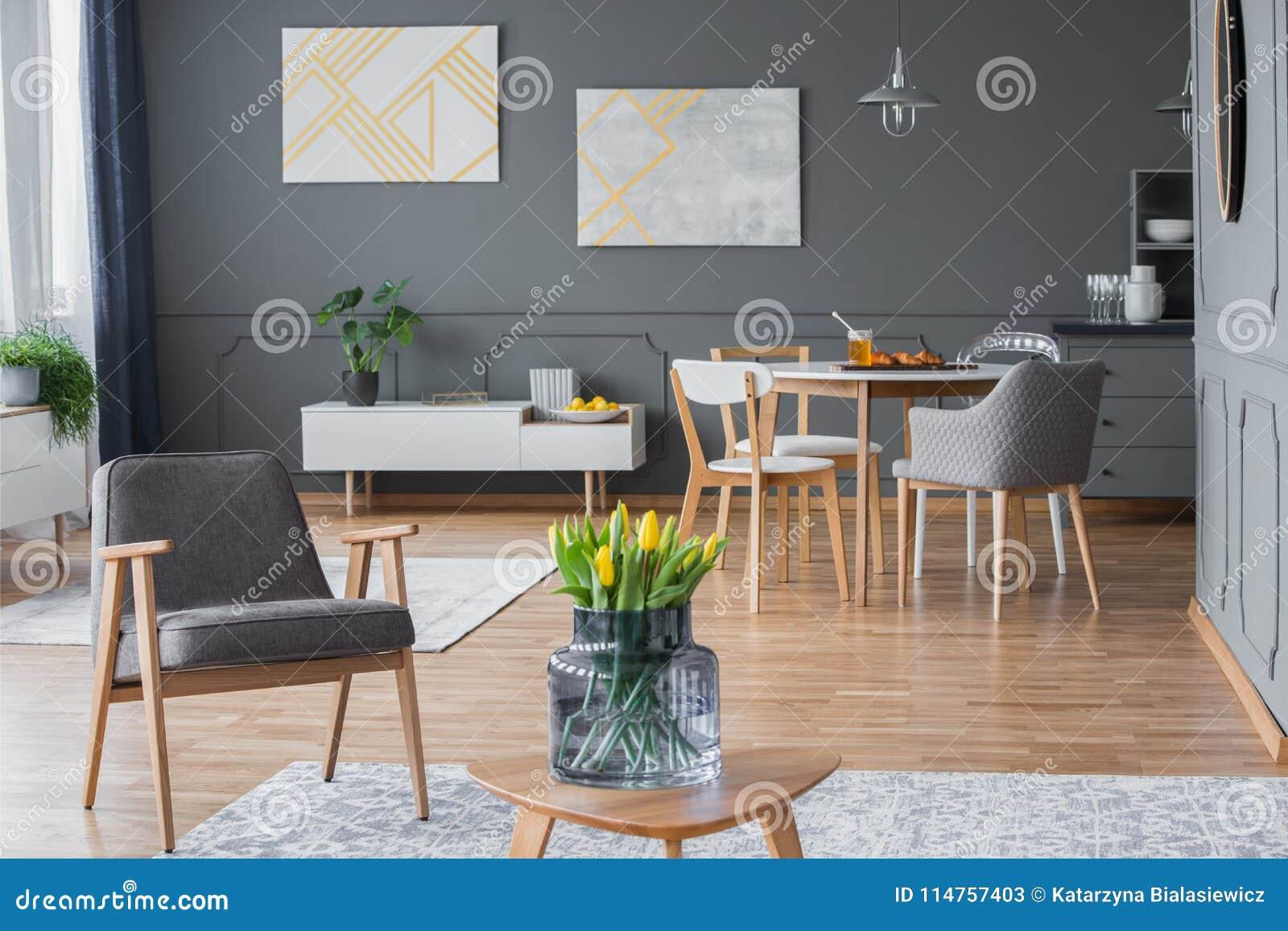 Elegancki wnętrze z projektantów krzesłami