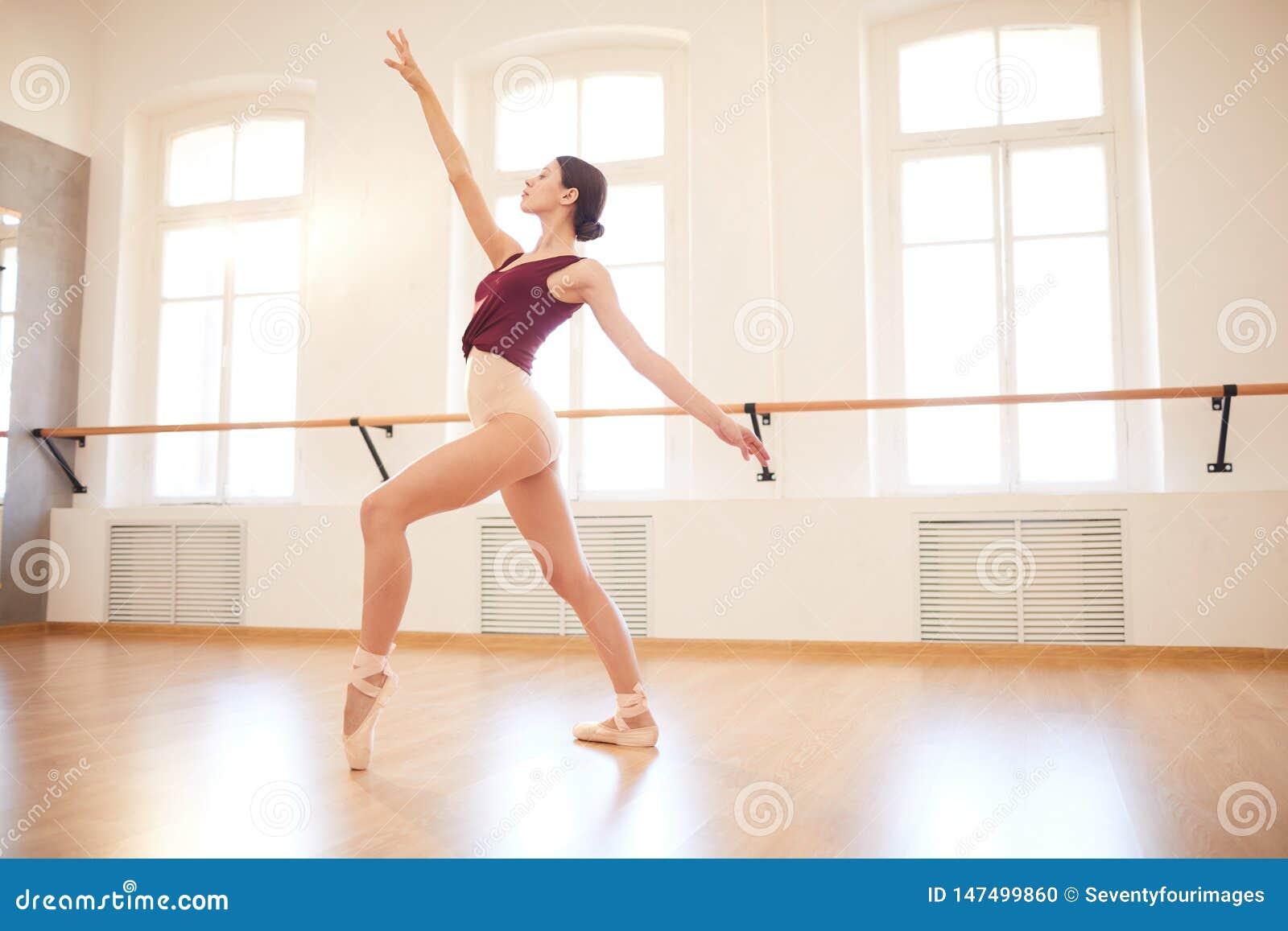 Eleganckiej kobiety taniec w pointe butach