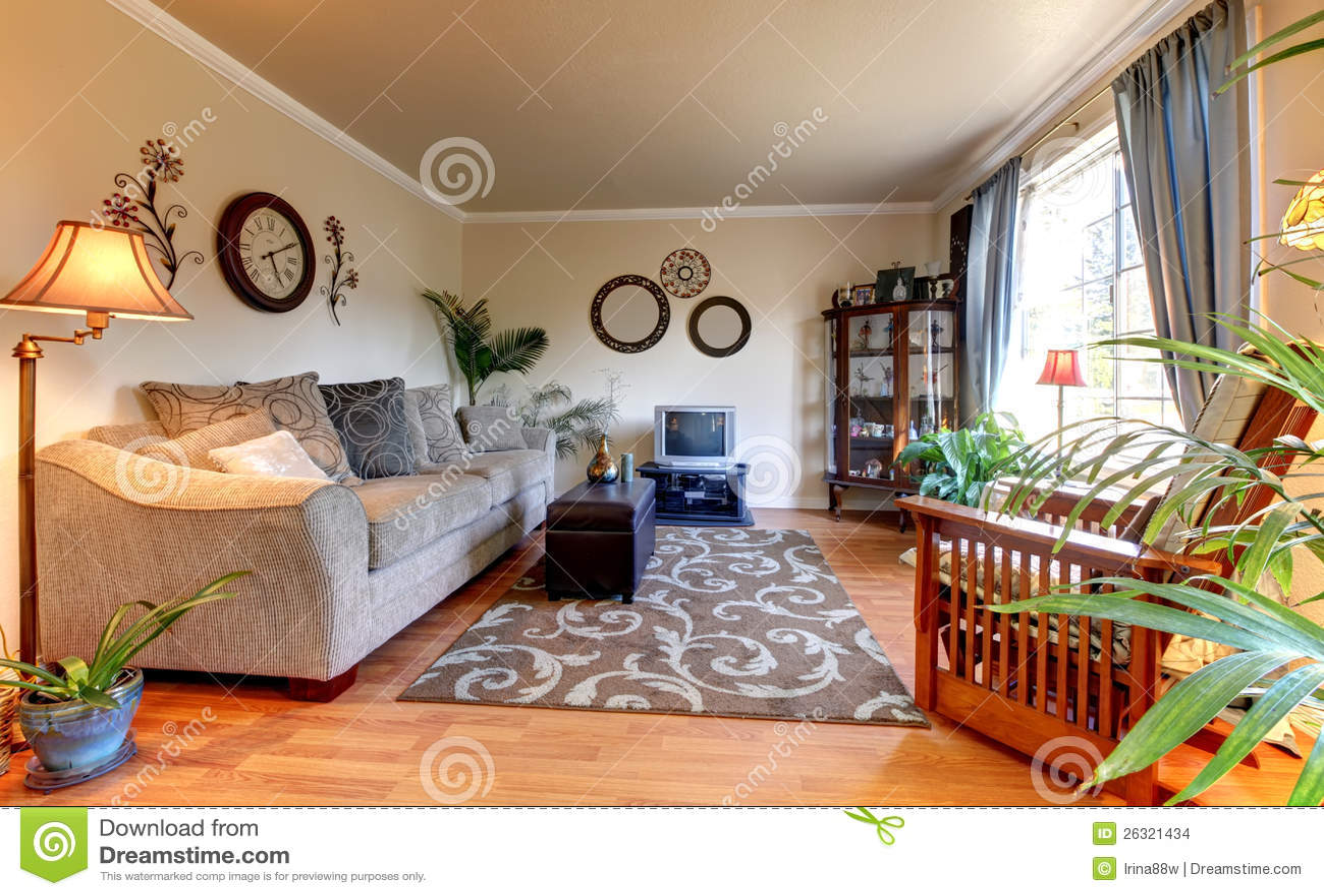 Elegand beige vardagsrum med blått och den gammala små tv:n ...