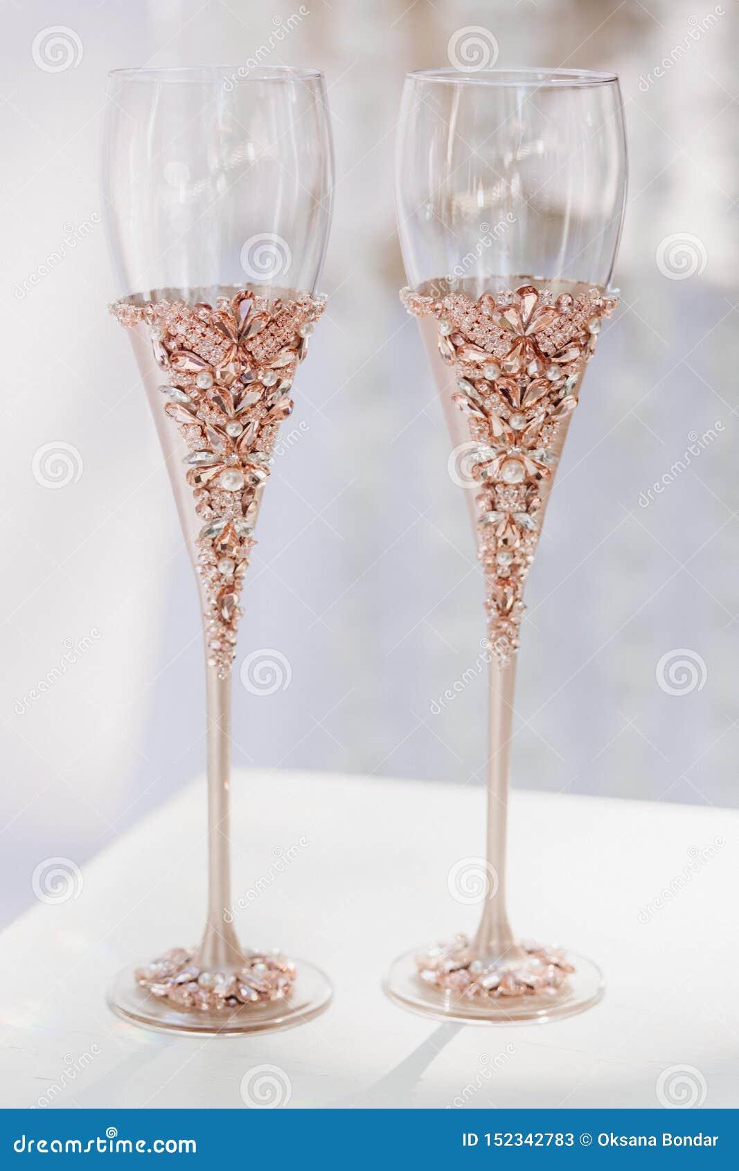 Wonderbaarlijk Elegant Champagne Glasses Voor Bruid En Bruidegom Stock Afbeelding VE-74