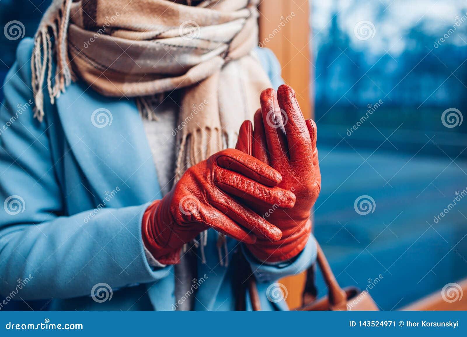 Elegant dräkt Closeup av av den stilfulla kvinnan i lag, halsduk och bruna handskar Trendig flicka på gatan