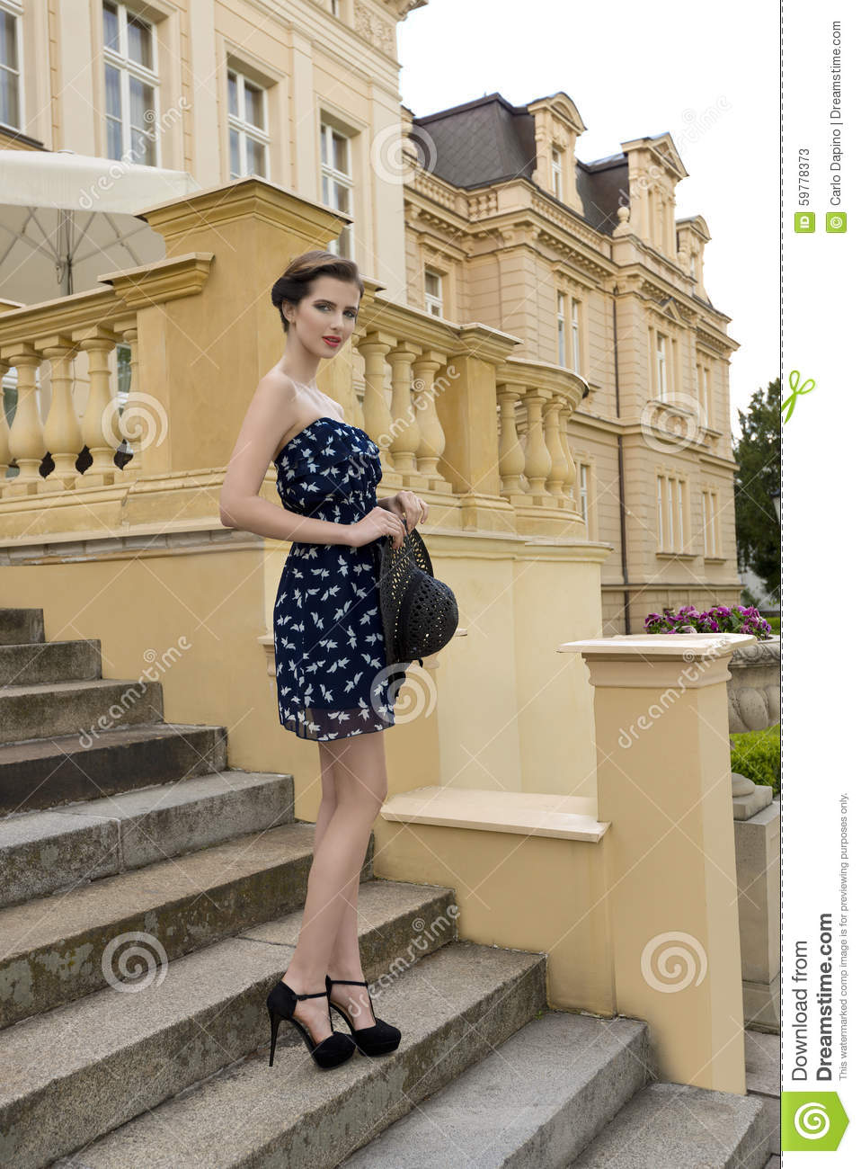 676f373e6c37 Fashion summer outdoor portrait of very beautiful young girl with heels