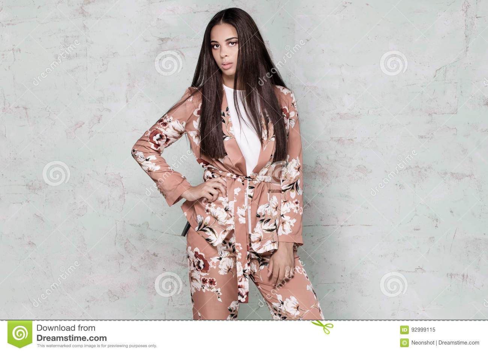 Elegant kvinna som poserar i studio