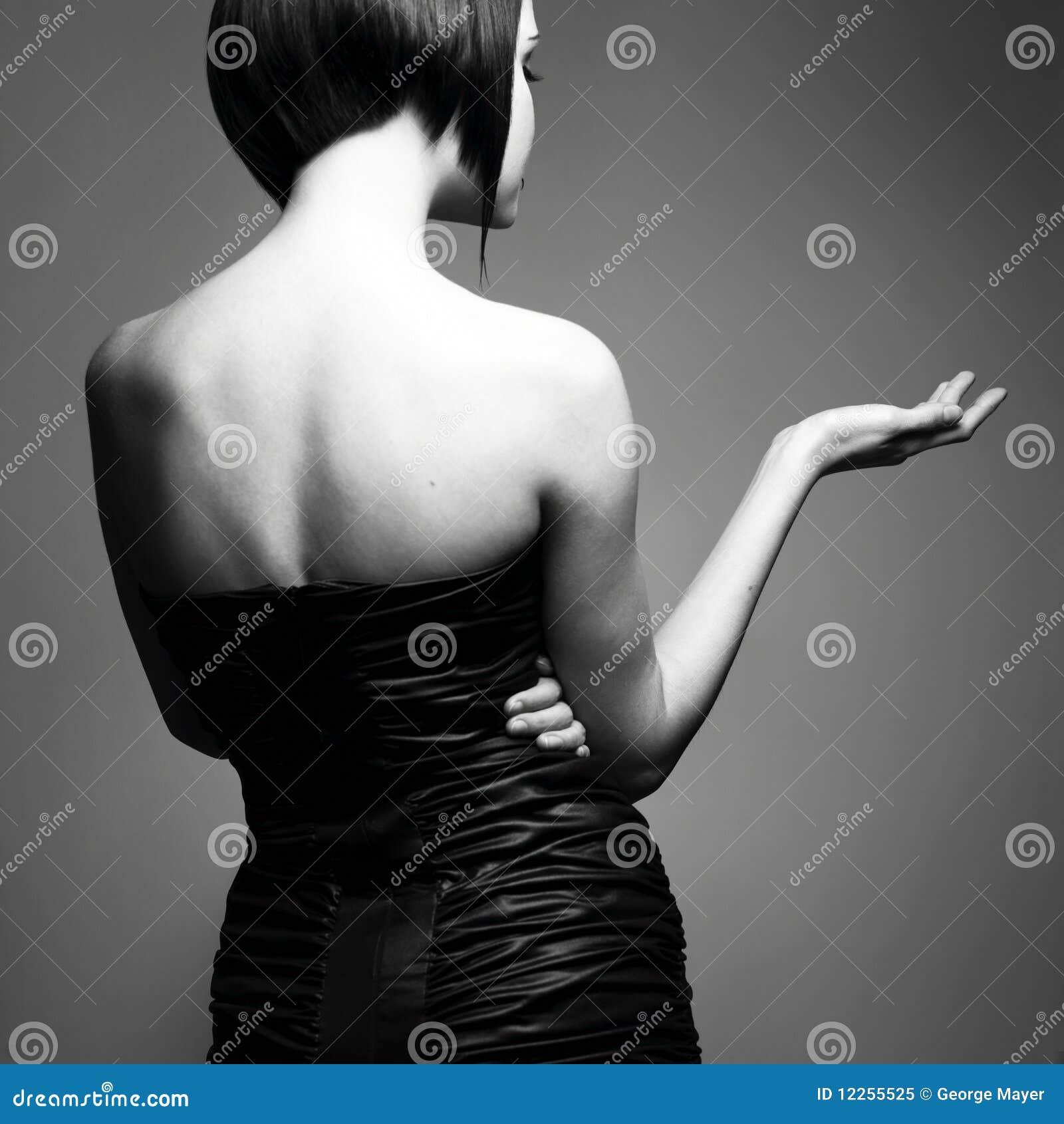 Фото девушек с короткими стрижками черно белое