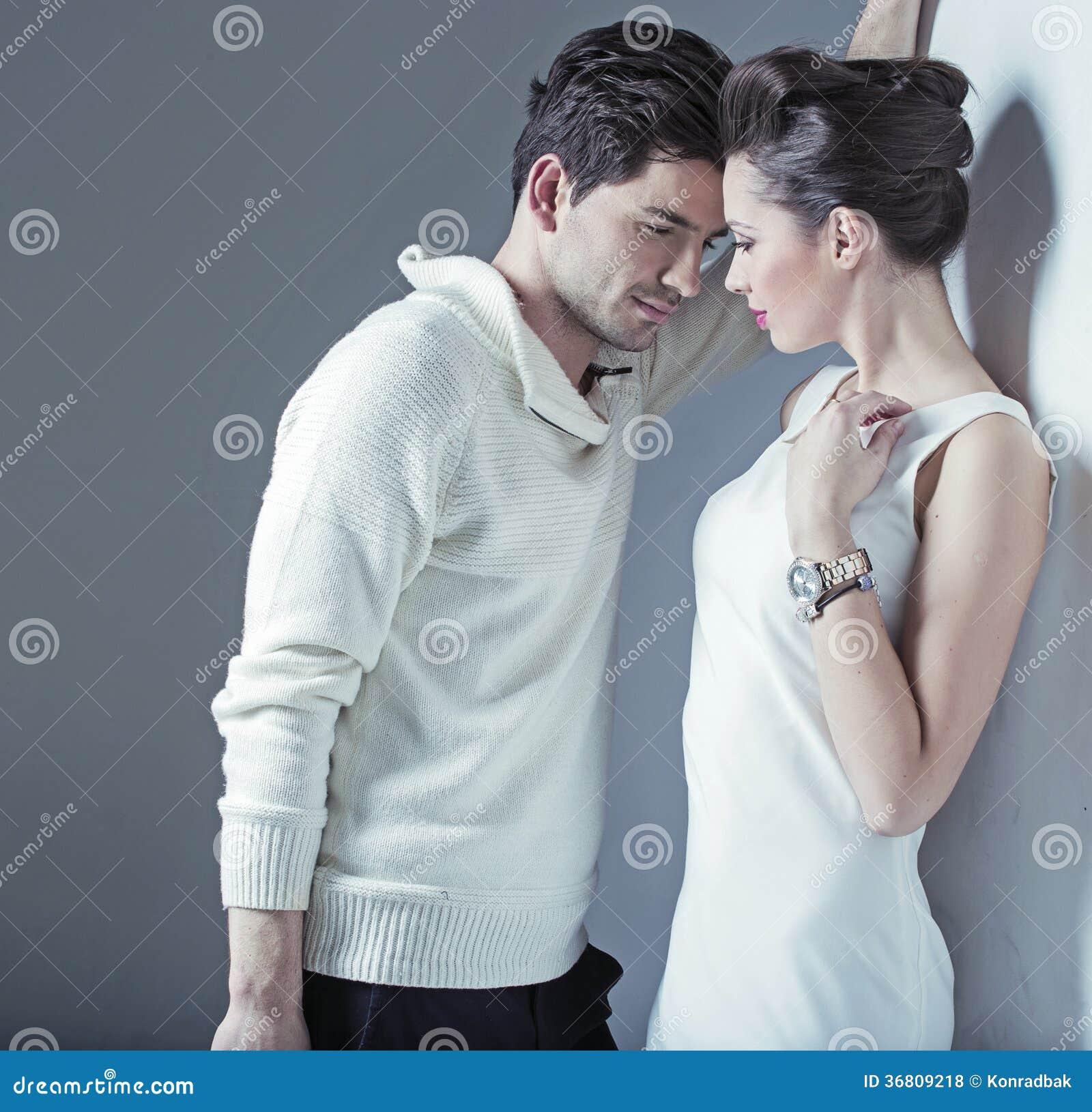 Elegant man som försöker att förföra en kvinna