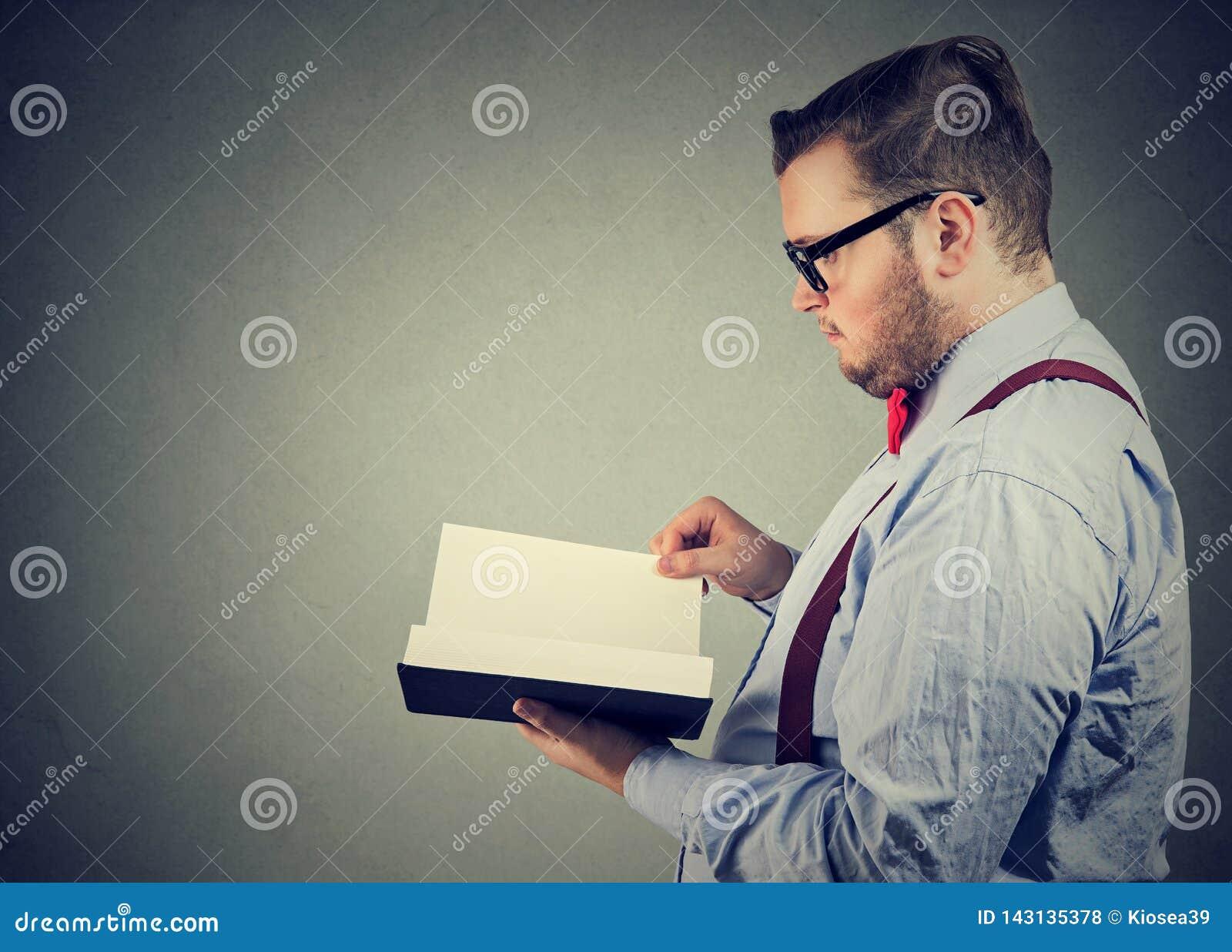 Elegant man som läser en bok