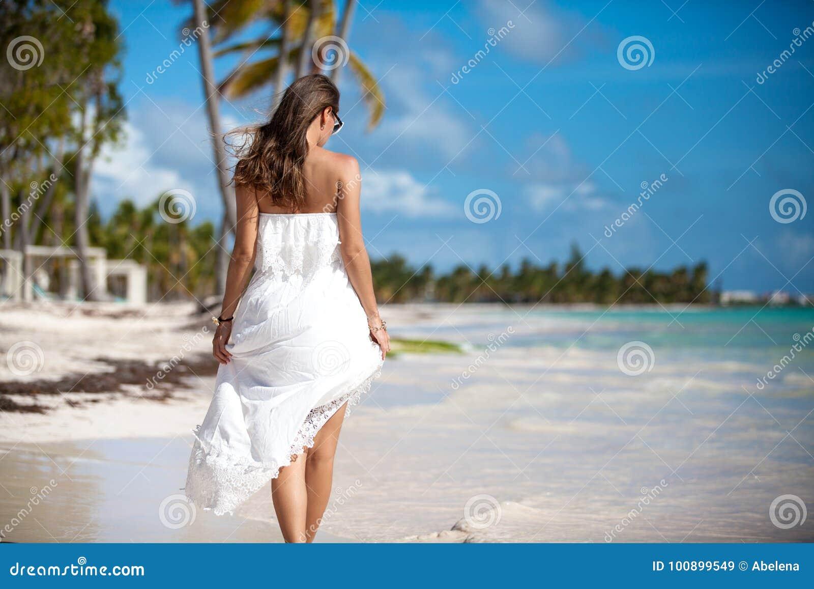 Elegant sexy wijfje op het strand