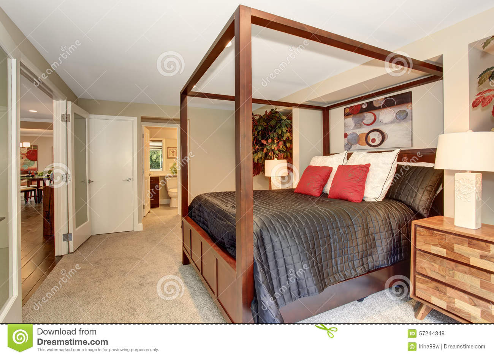 Elegant sovrum med träd och svart sängkläder arkivfoto   bild ...