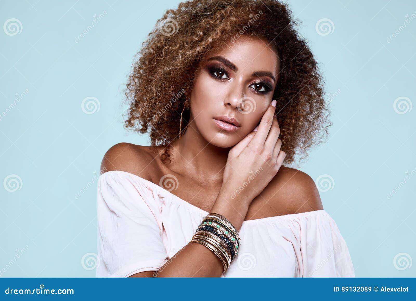 Elegant svart hippy kvinnamodell för glamour med lockigt hår