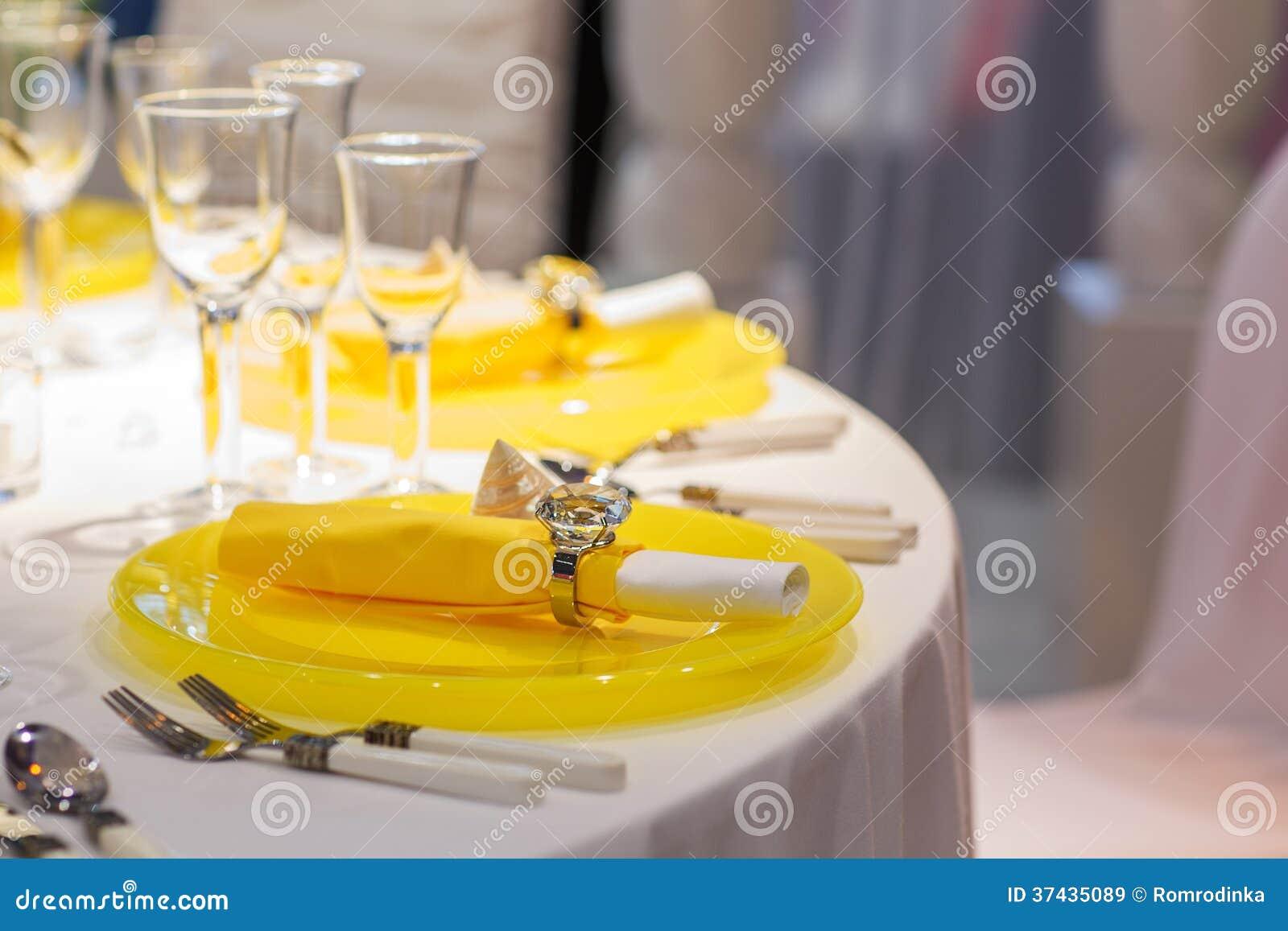Elegant tabelluppsättning i mjuk kräm och guling för att gifta sig eller händelse