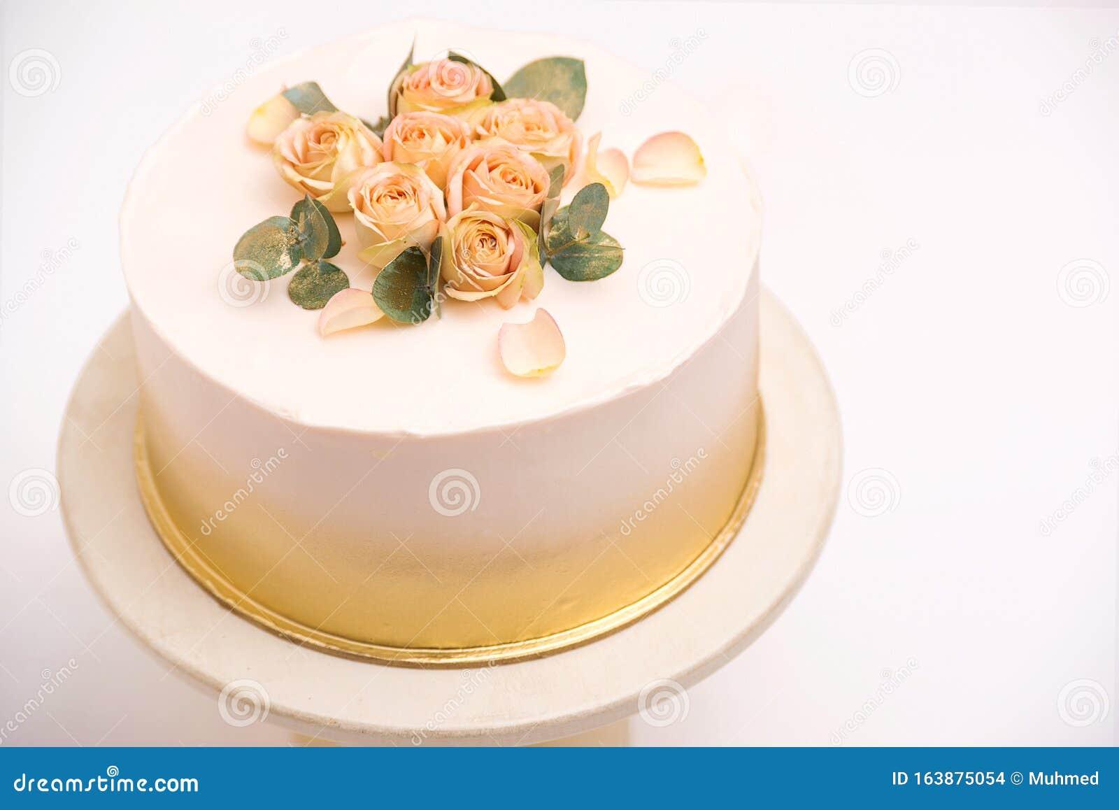 Admirable Elegant Wedding Cake With Beautiful Roses Flowers On White Table Personalised Birthday Cards Veneteletsinfo