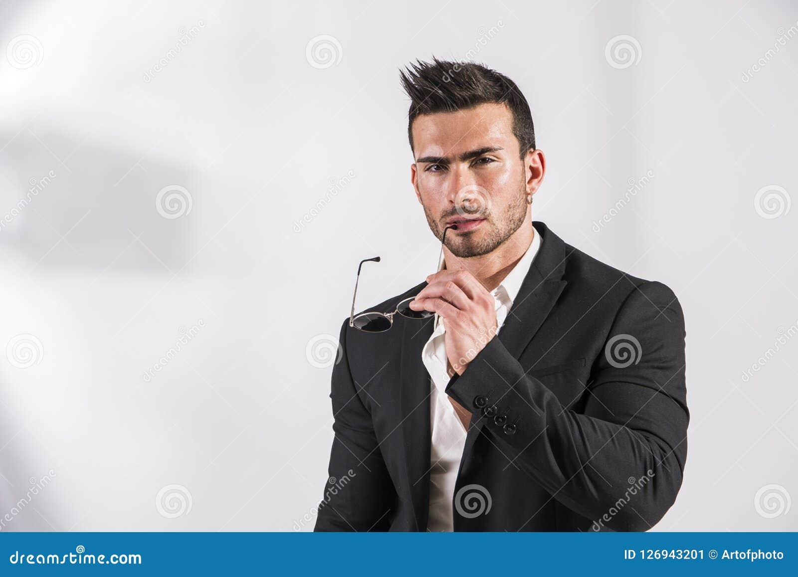 Overhemd Voor Pak.Elegante Aantrekkelijke Mens Met Pak En Wit Overhemd Op Wit Stock