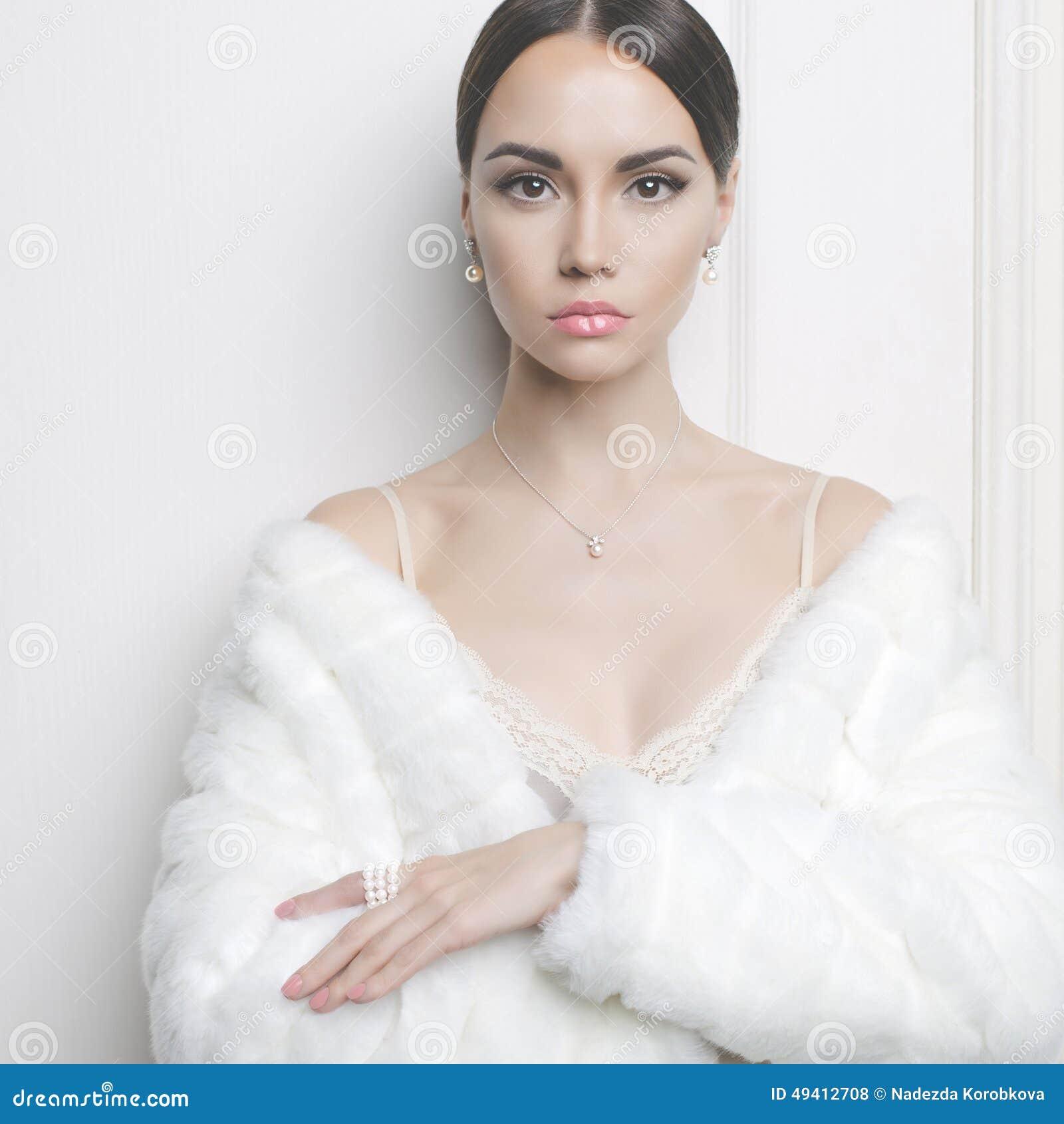 Download Elegante Dame Im Pelzmantel Stockfoto - Bild von elegant, bekanntmachen: 49412708