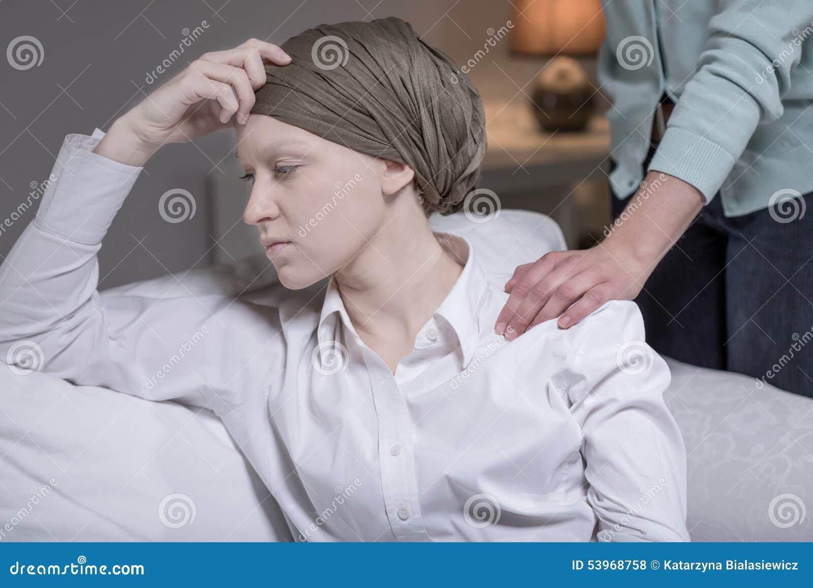 Elegante Frau, die Brustkrebs hat