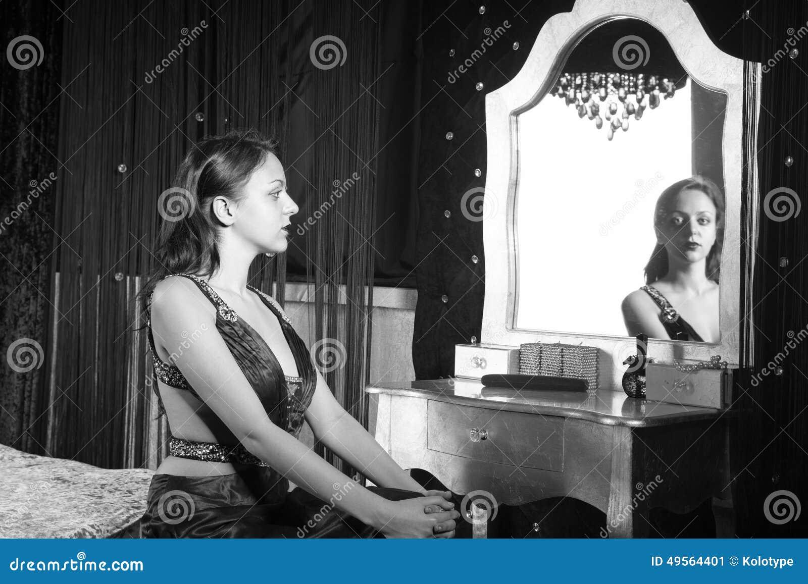 Elegante Frau, Die Kamera Durch Spiegel Betrachtet Stockbild - Bild ...