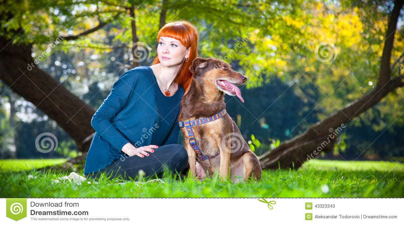 Frau hat mit hund