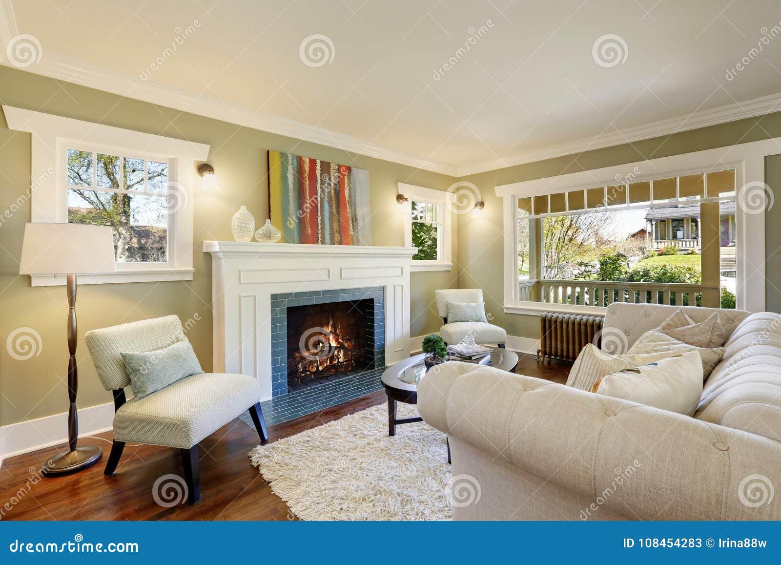 Moderne Traditionele Woonkamer : Elegante groene woonkamer met een traditionele open haard stock