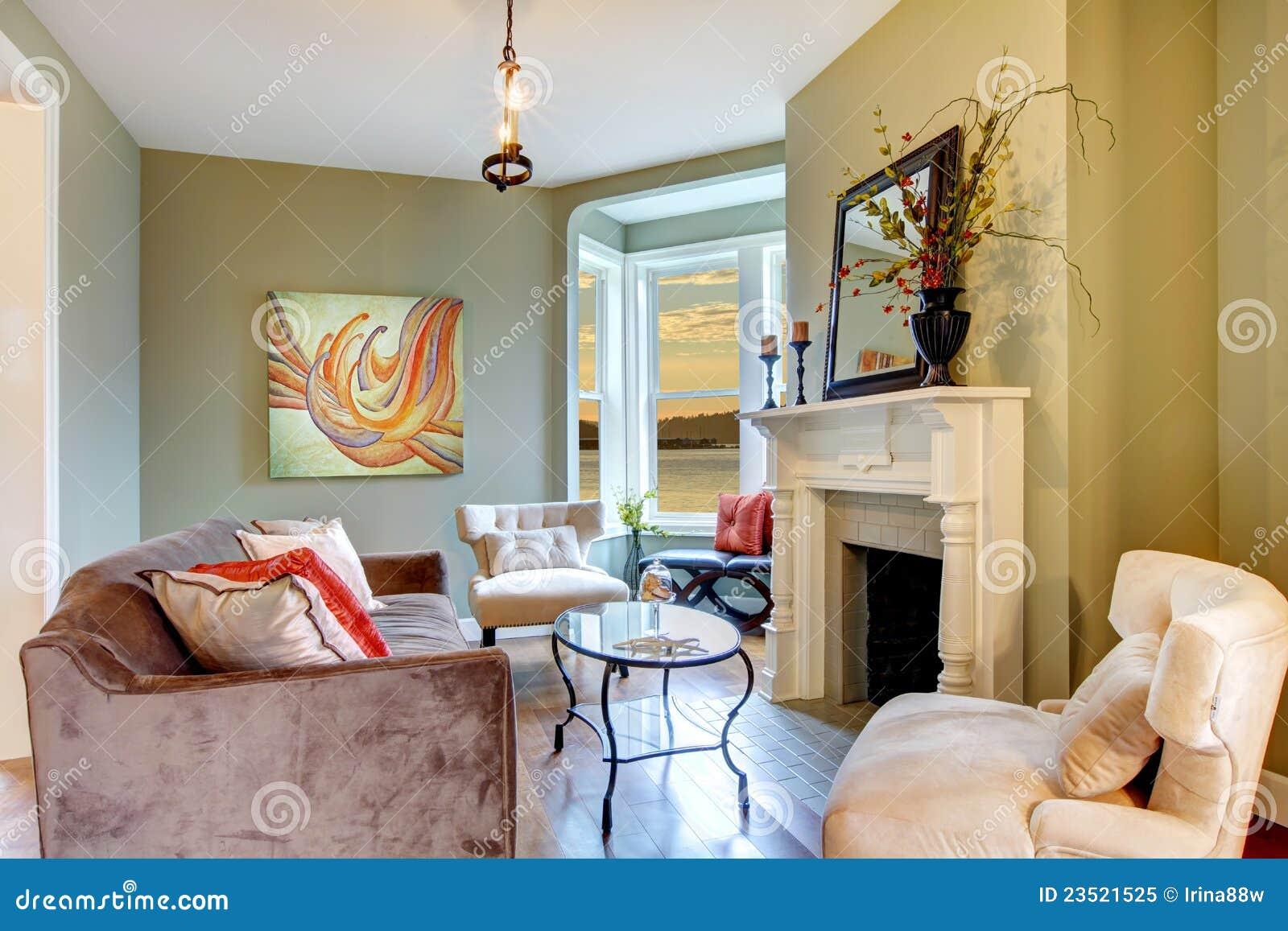 Openhaard In Woonkamer : Elegante groene woonkamer met open haard. stock afbeelding