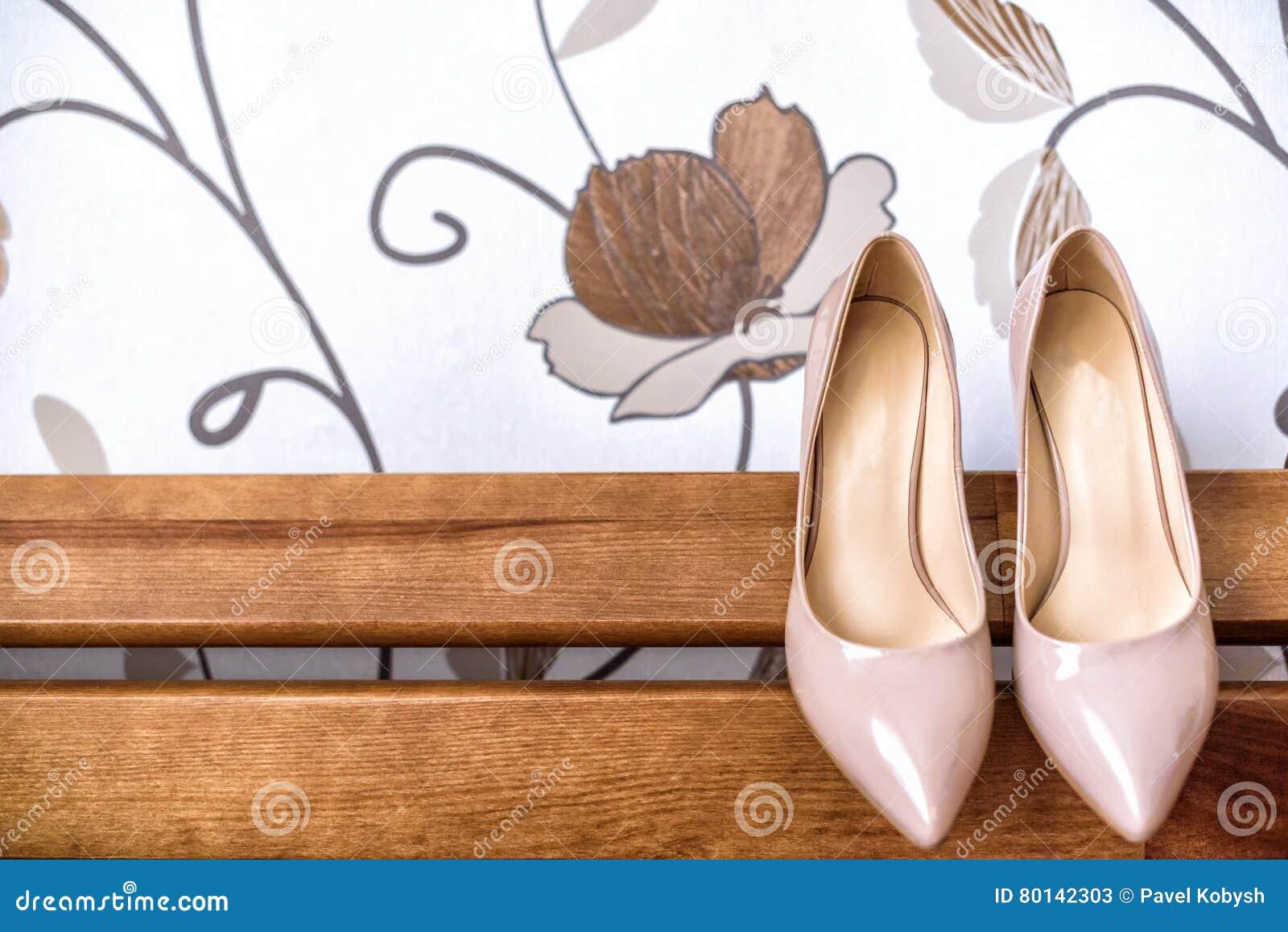 Elegante Hochzeitsschuhe Ziehen An Sich Vom Sofa Zuruck Stockbild