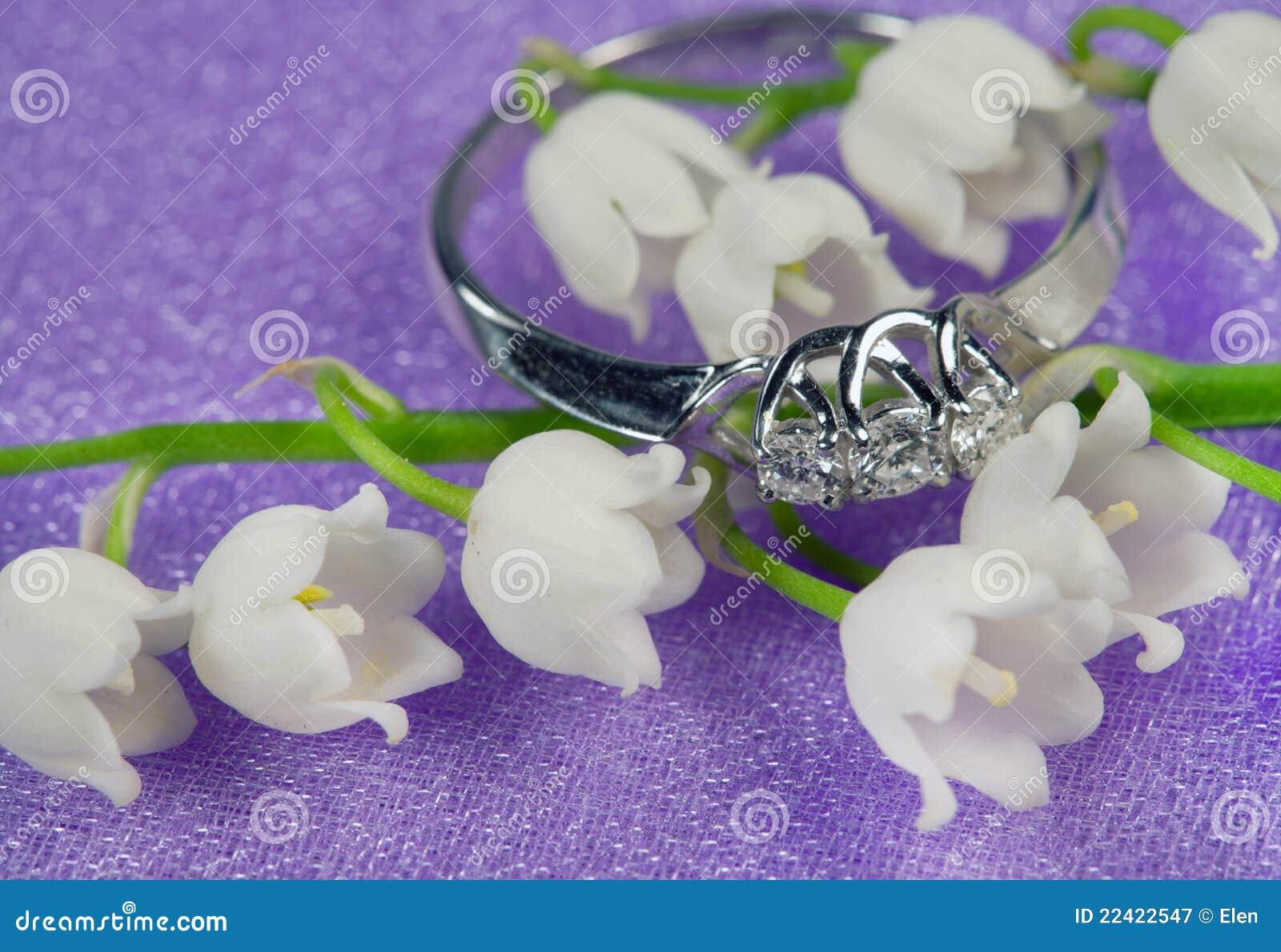 Elegante juwelen en lelietje-van-dalen