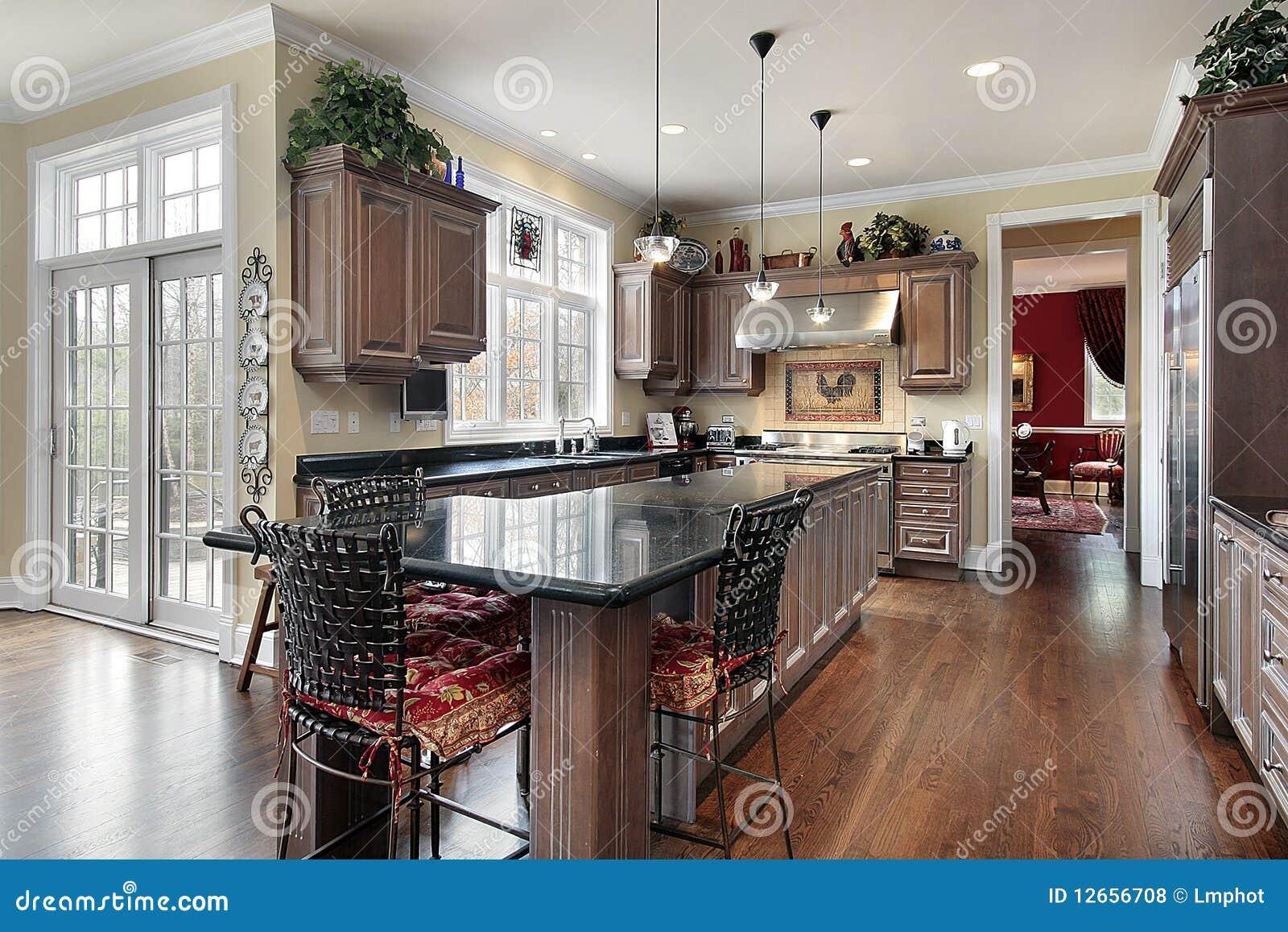 Elegante keuken met zwart marmeren eiland royalty vrije stock foto 39 s afbeelding 12656708 - Eiland maaltijd ...