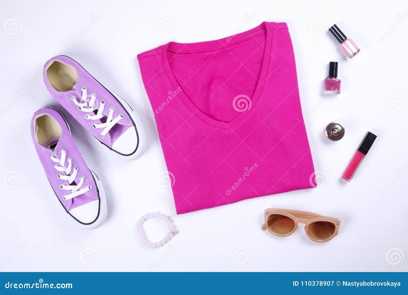 8b22a00bef83 Roupa feminino à moda, na moda e acessórios Parte superior cor-de-rosa  elegante do t-shirt, sapatilhas ocasionais roxas lilás, óculos de sol  marrons, ...