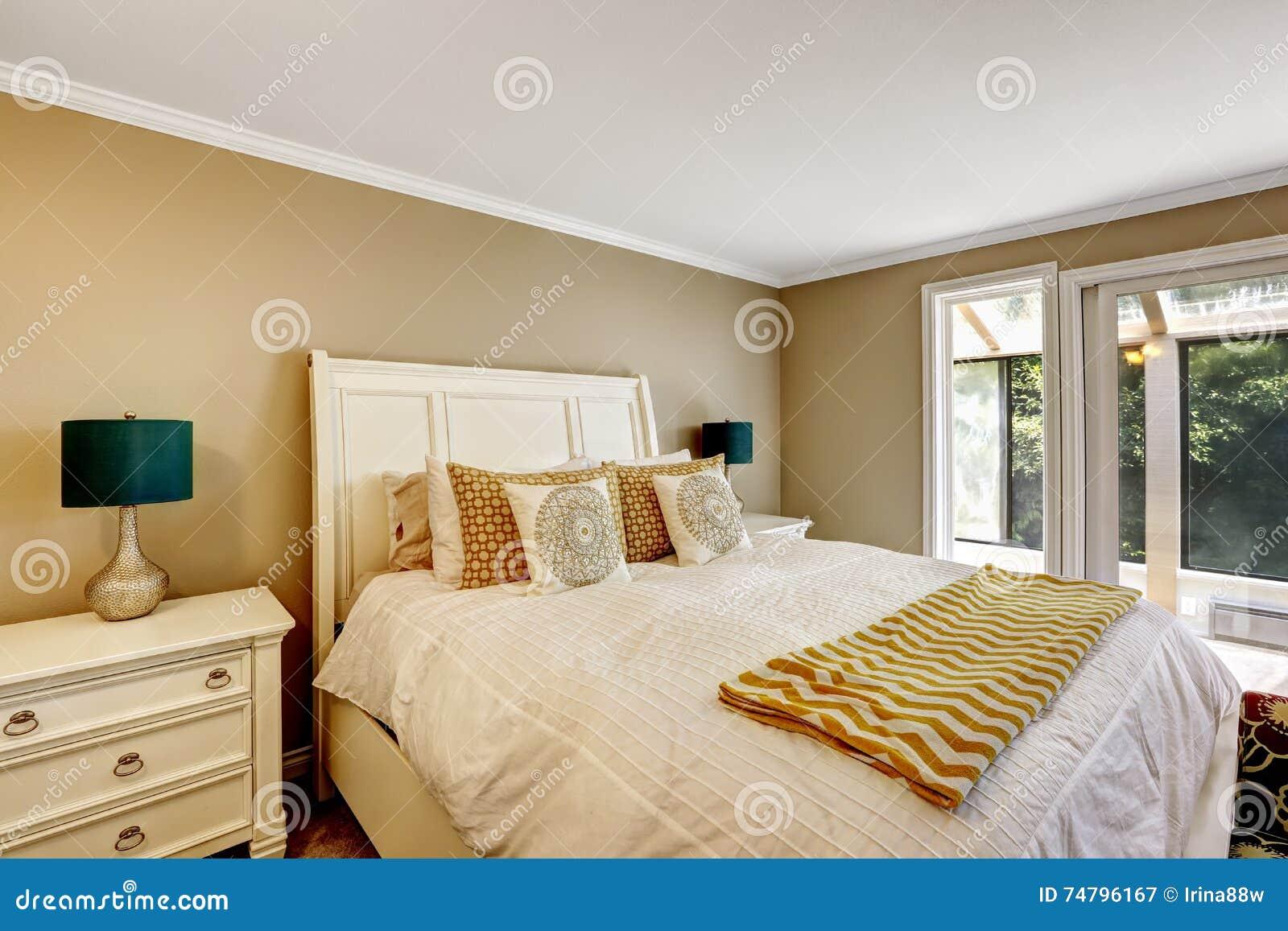 elegante slaapkamer in amerikaanse stijl met wit tweepersoonsbed, Meubels Ideeën