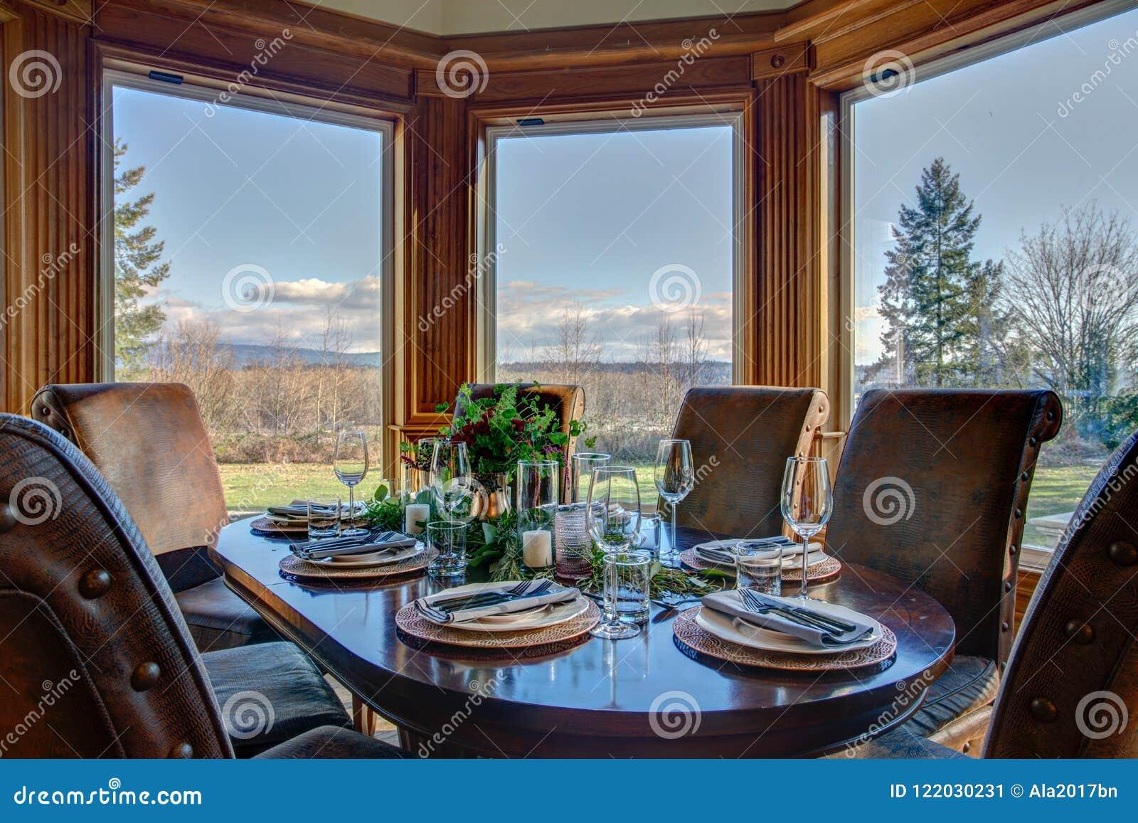 Elegante Tabelle stellte für Abendessen und schöne Fensteransicht ein