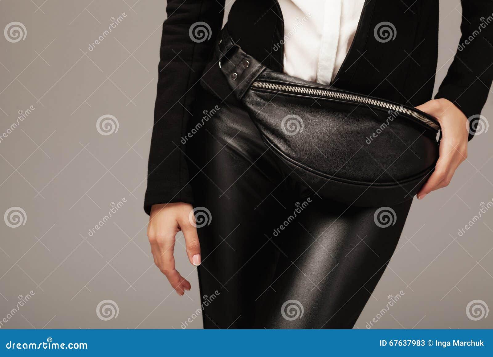 Elegante vrouw met een pak van leerfanny