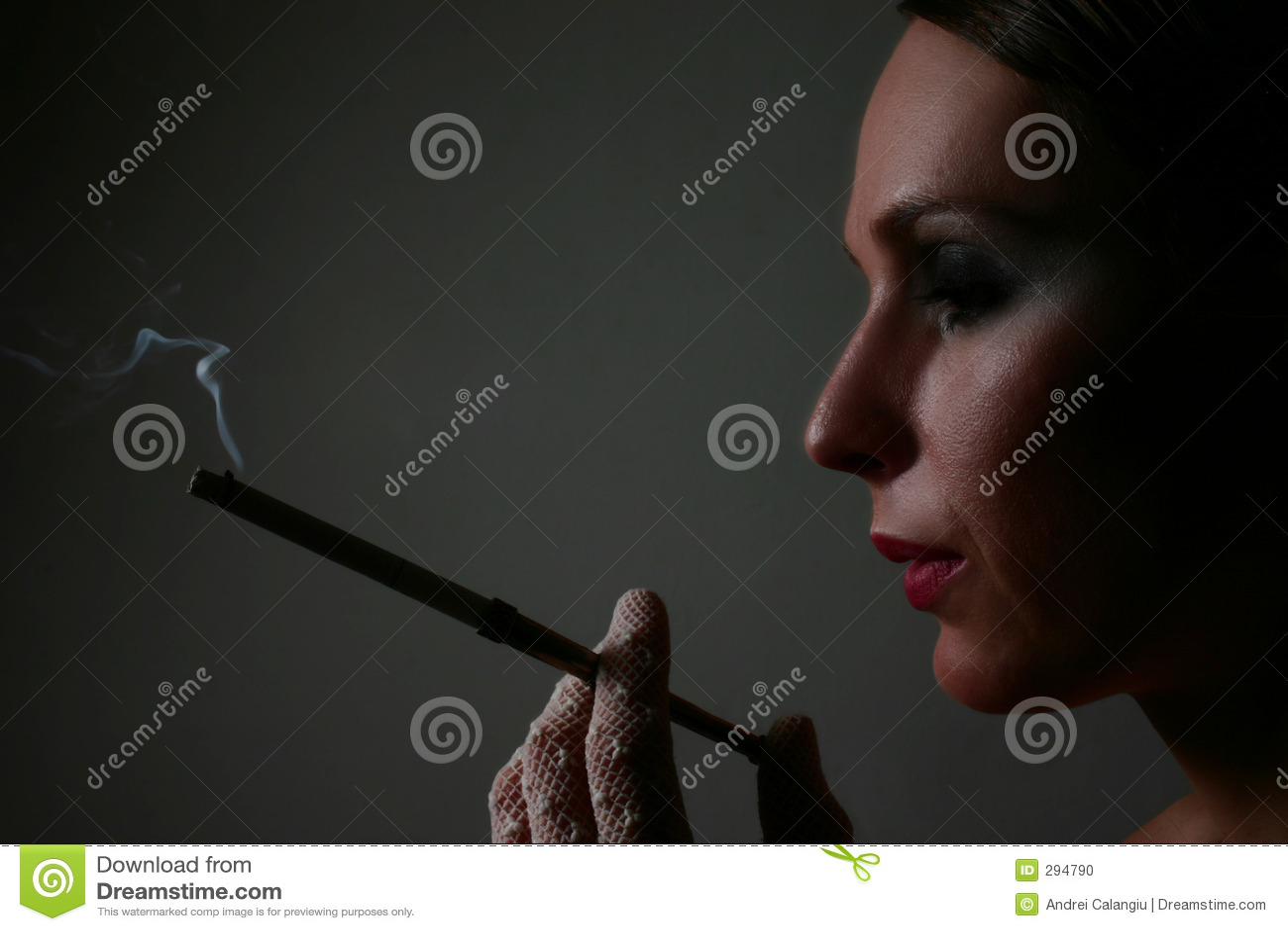Elegante vrouw met sigaret
