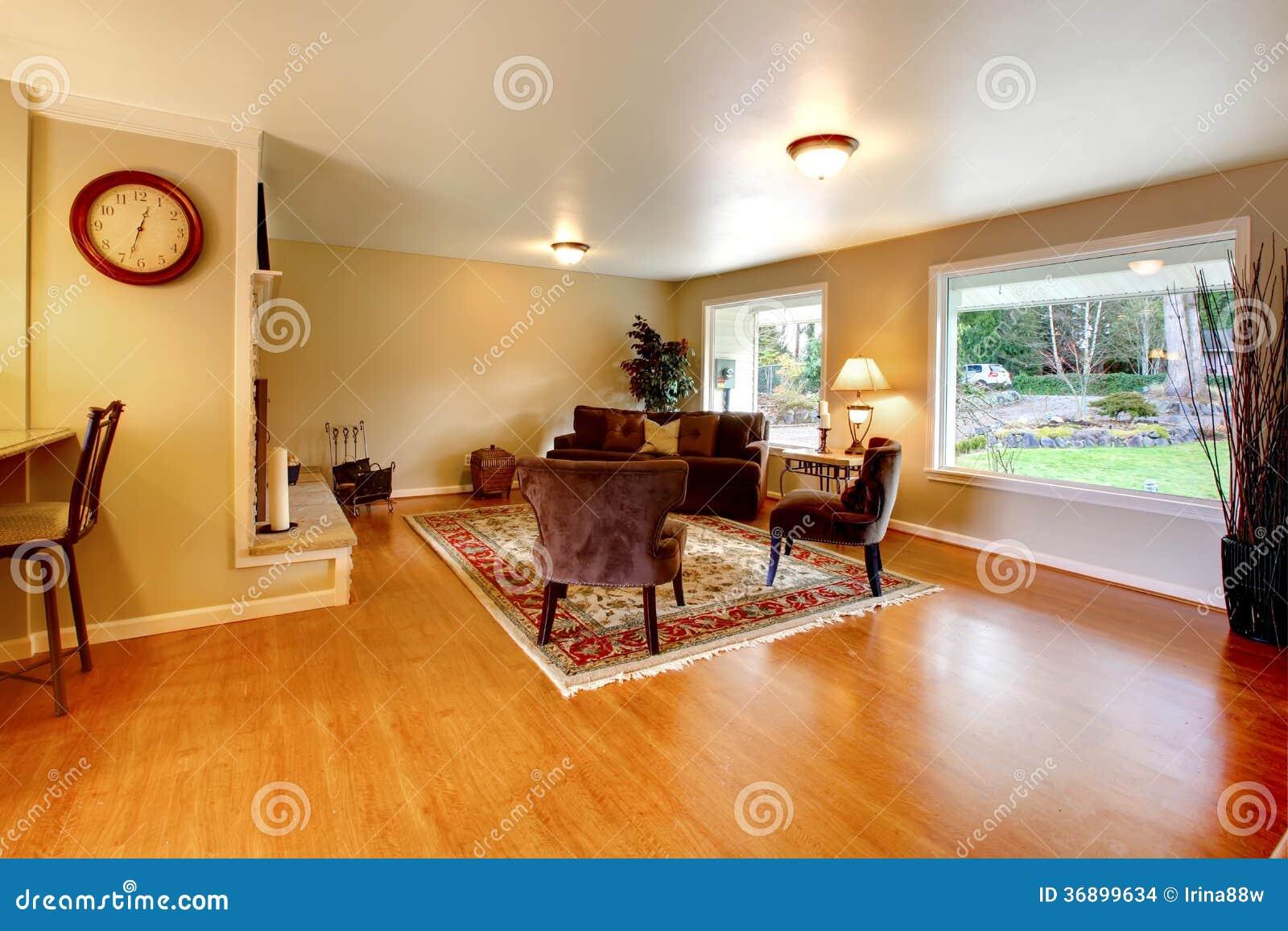 Elegante Warme Farbe Versorgte Wohnzimmer Mit Breiten Fenstern