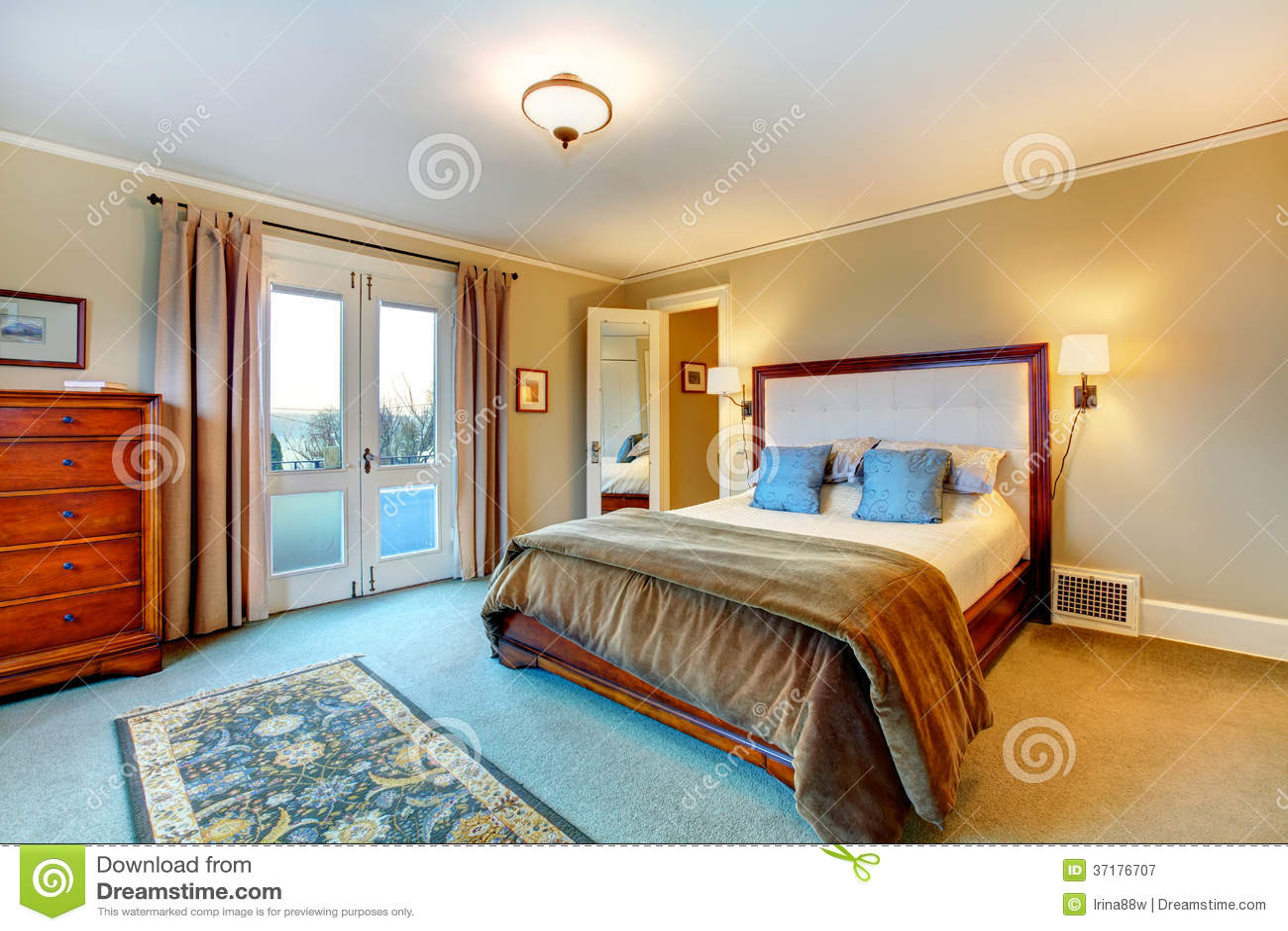 Elegante warme kleuren geleverde slaapkamer stock afbeelding