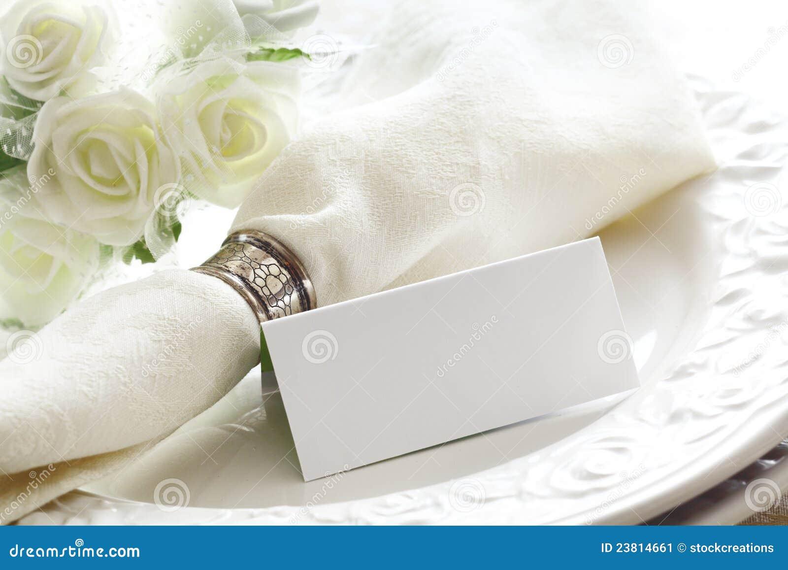 Elegante weiße Platz-Einstellung mit Karte