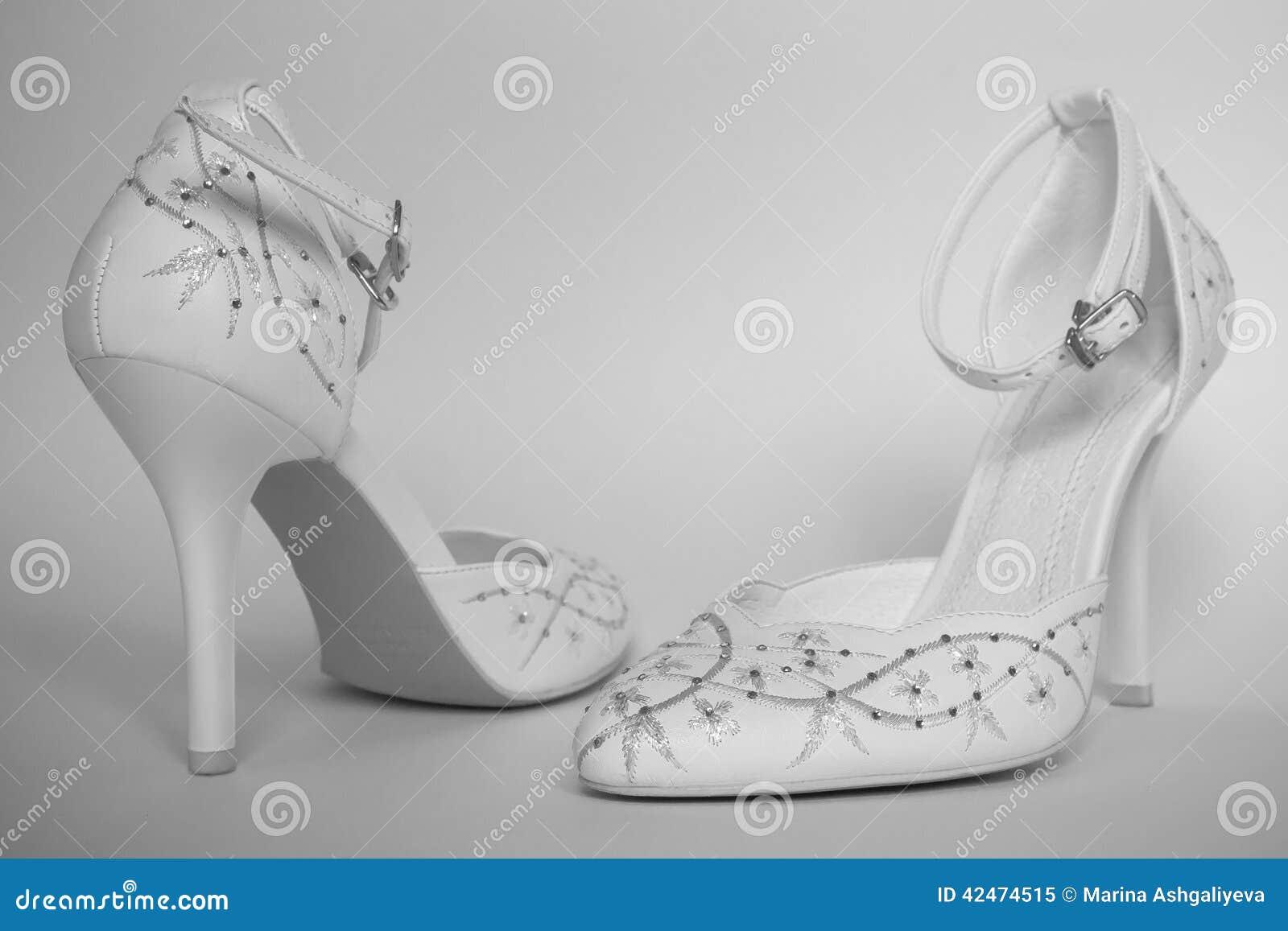 Elegante weiße Schuhe des hohen Absatzes