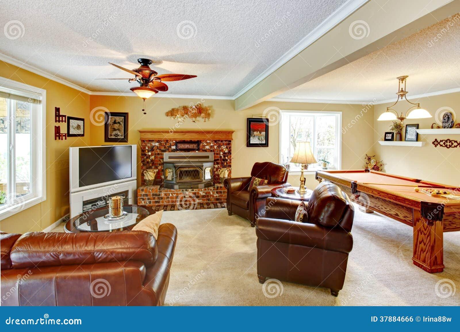 Elegante woonkamer met poollijst