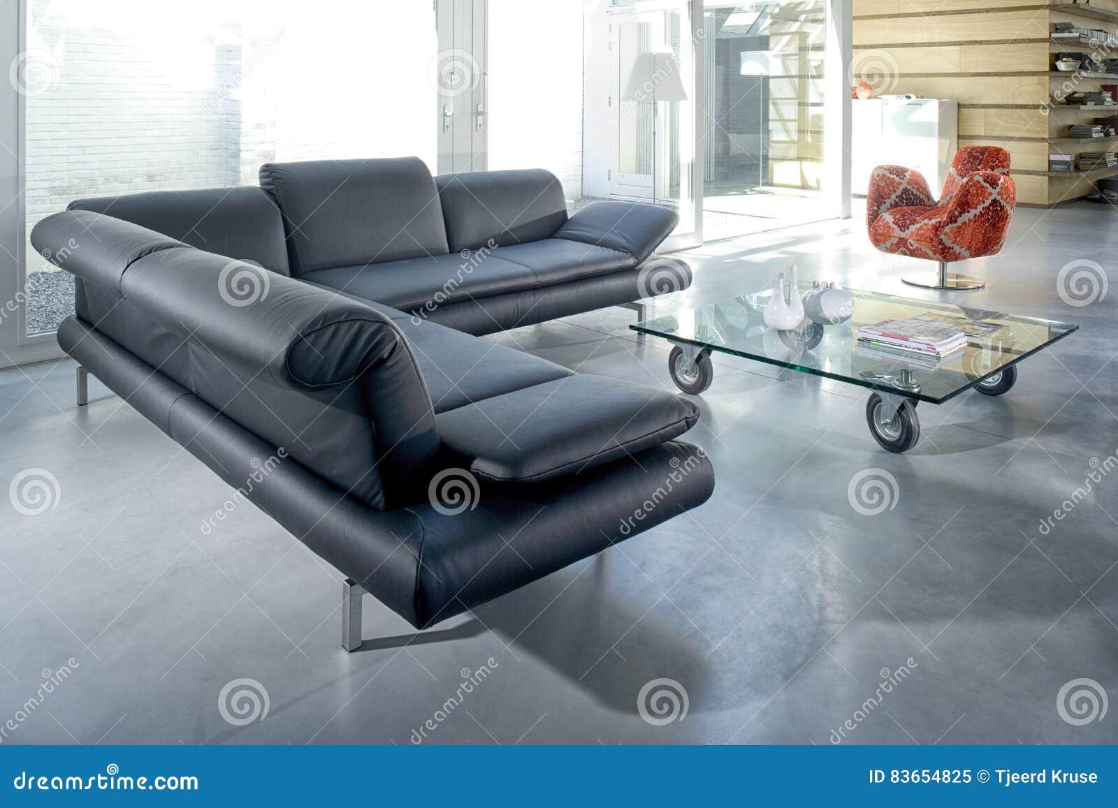 Comfortabele Grijze Hoekbank.Elegante Zitkamer Met Grijze Comfortabele Hoekbank In Een