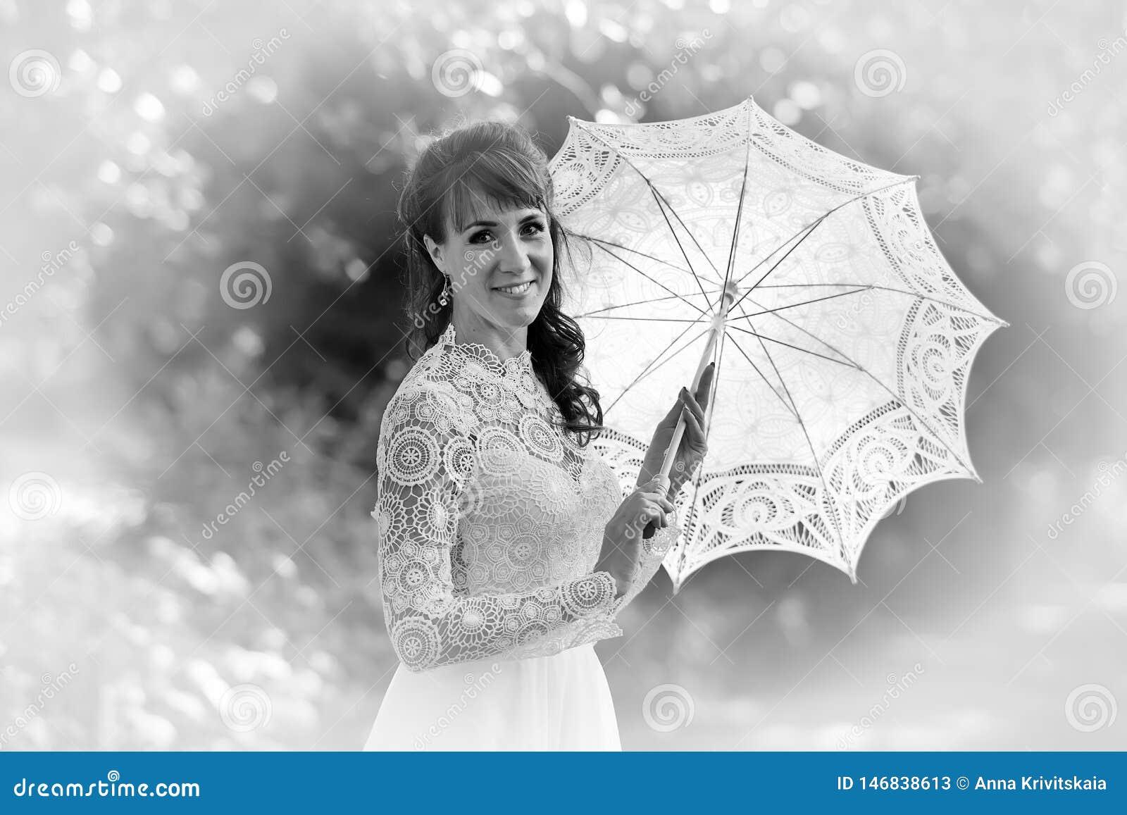 Eleganter Brunette in einem wei?en Kleid der Weinlese