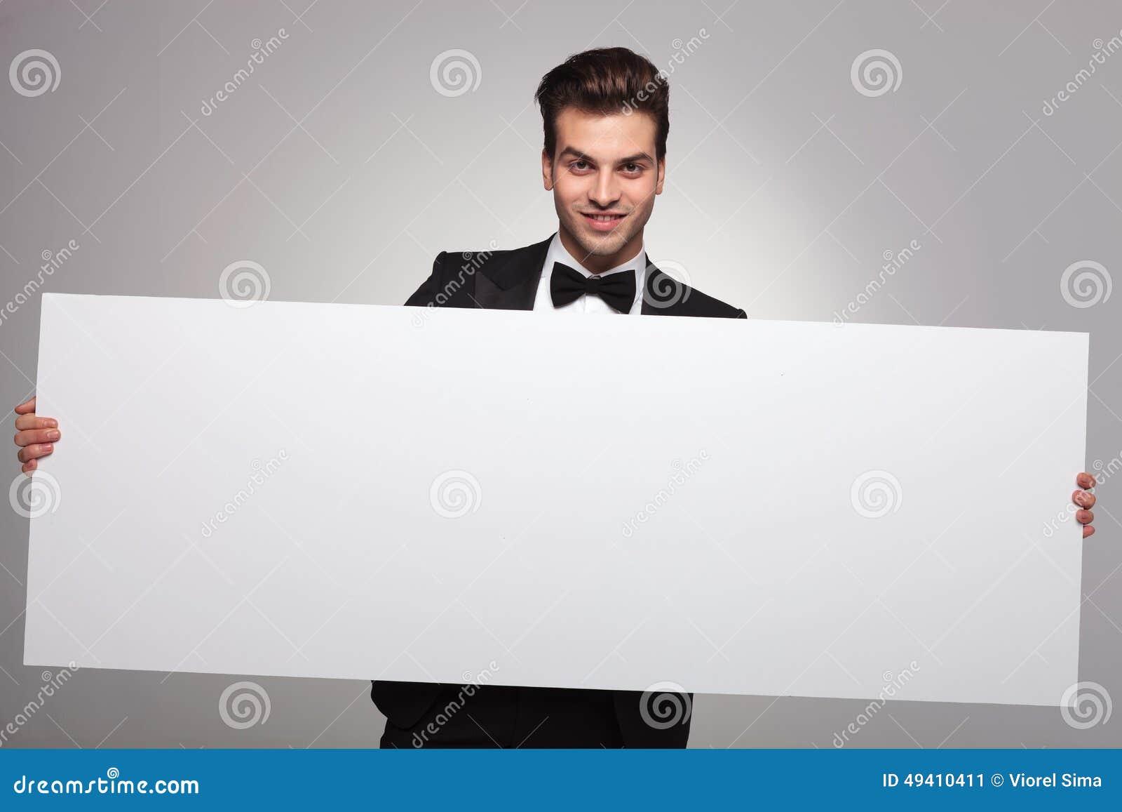 Download Eleganter Geschäftsmann, Der Ein Leeres Brett Hält Stockbild - Bild von geschäftsmann, mann: 49410411