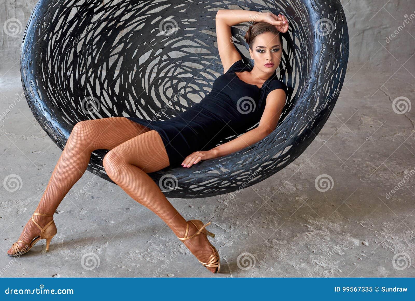 Eleganter Lateinischer Frauentänzer An Hängendem Stuhl Stockbild