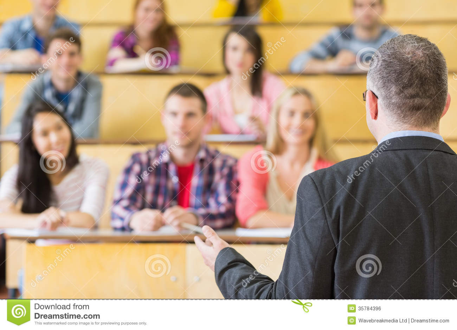 Eleganter Lehrer Mit Den Studenten, Die Am Vorlesungssal