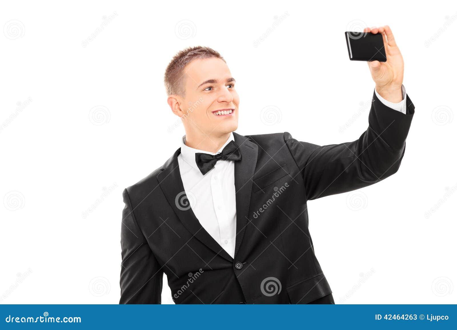 Eleganter Mann, der ein selfie mit Handy nimmt