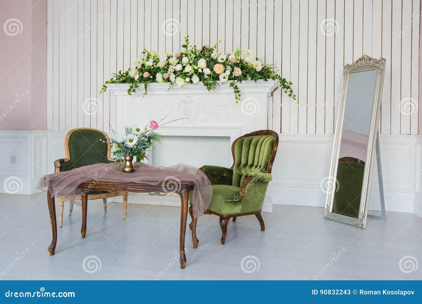 2f518d7059483f Eleganter Raum Mit Antiken Möbeln Stockbild - Bild von möbel