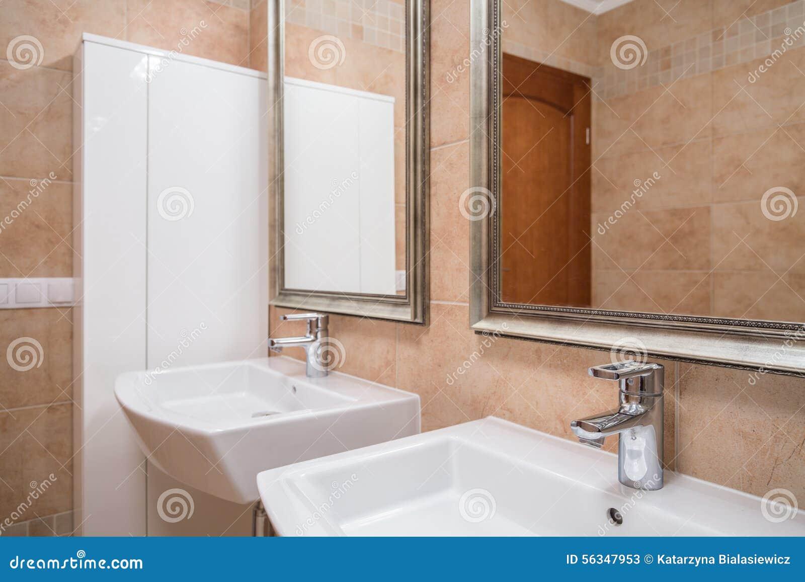 elegantes beige badezimmer stockfoto bild 56347953. Black Bedroom Furniture Sets. Home Design Ideas