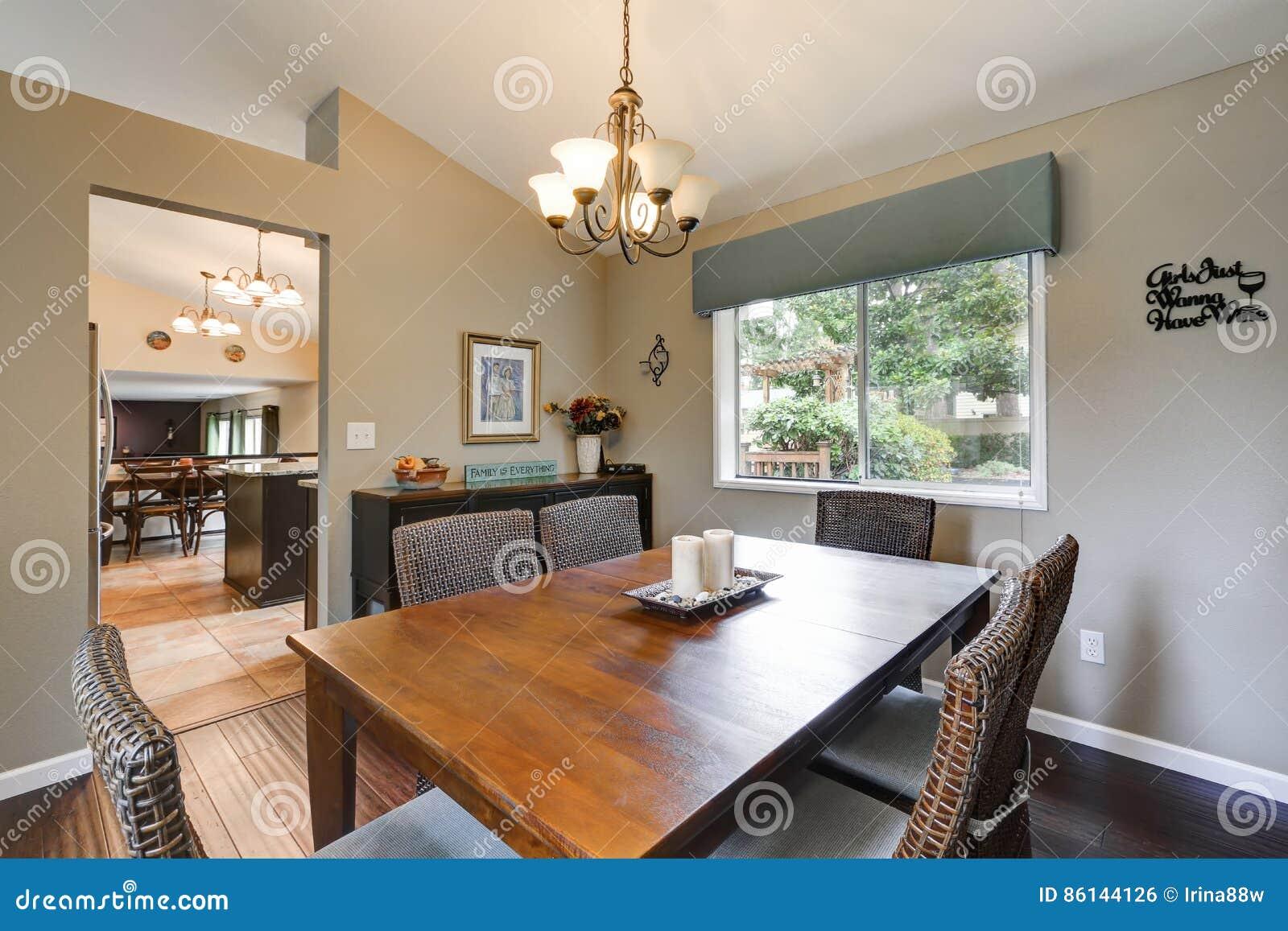 Elegantes Esszimmer Betont Mit Geflochtenen Stühlen